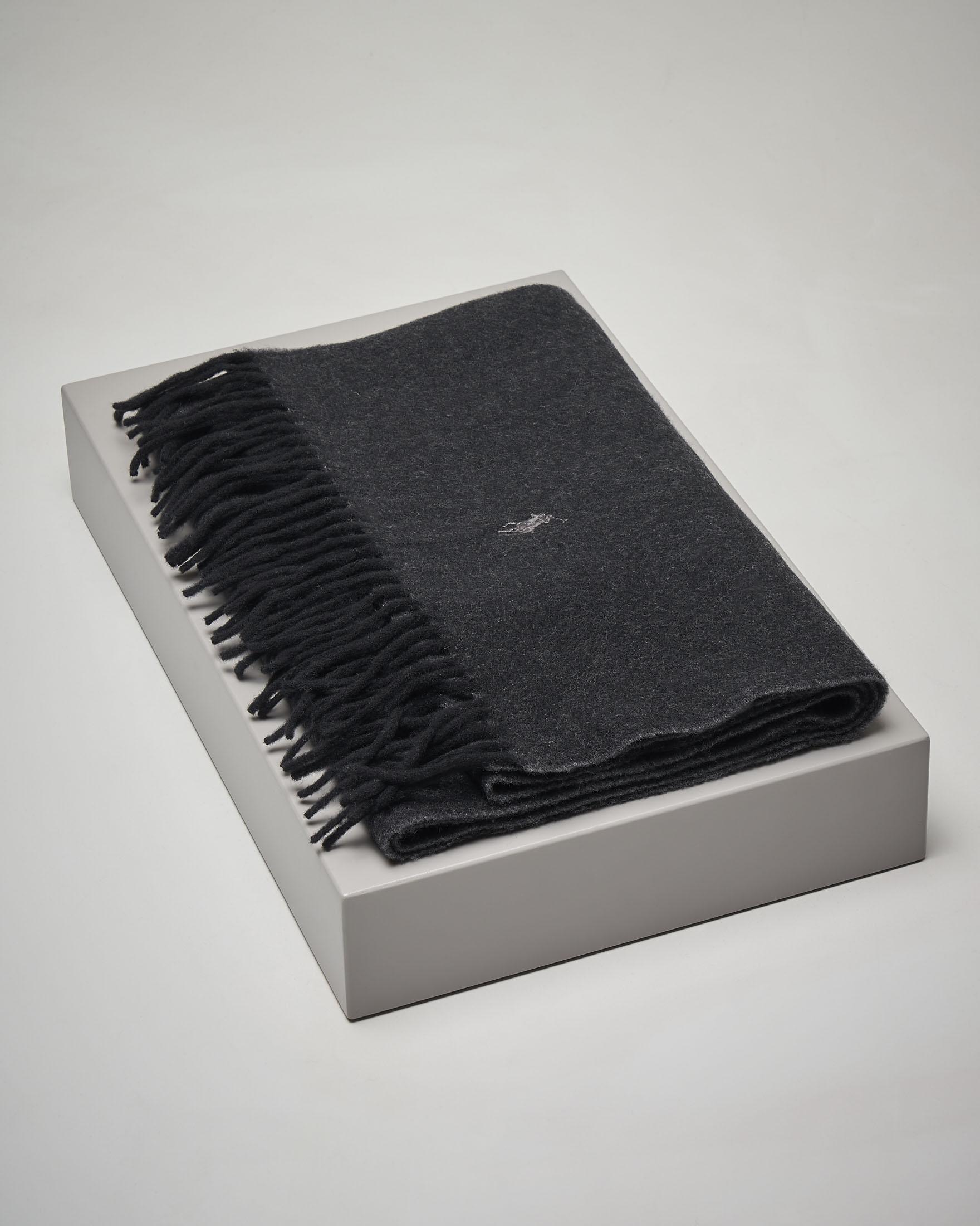 Sciarpa nera in lana con frange