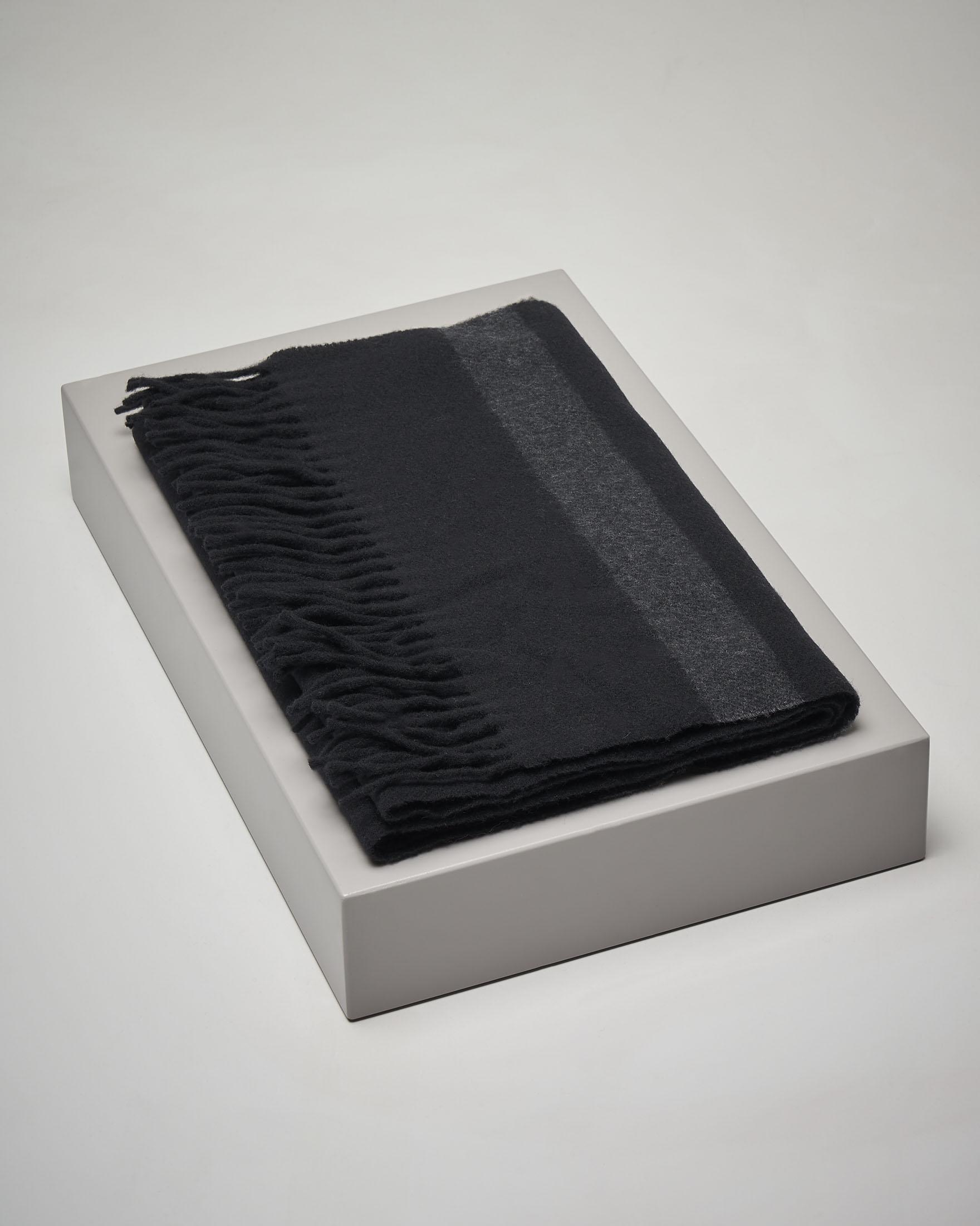 Sciarpa ina lana nera a righe color grigio con frange