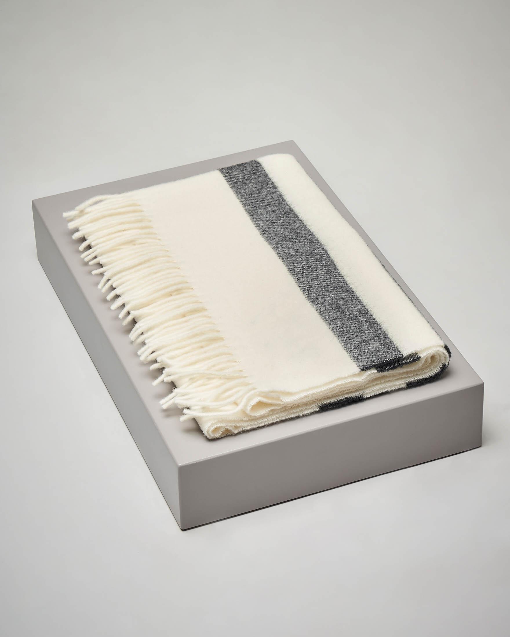 Sciarpa bianca in lana a righe nere con frange