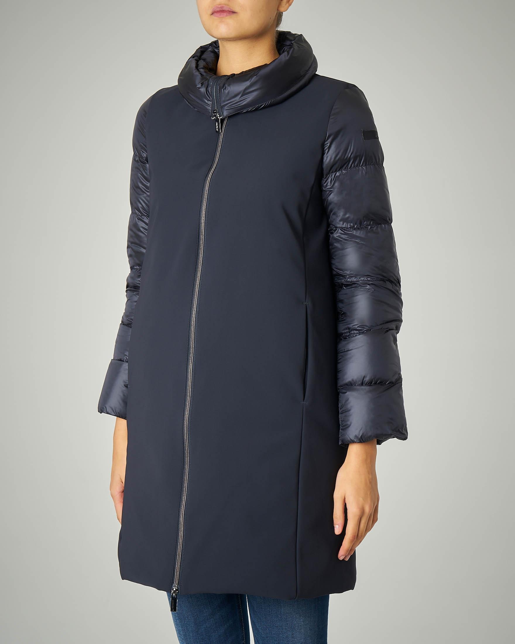 Cappotto imbottito lungo blu con maniche e collo trapuntati
