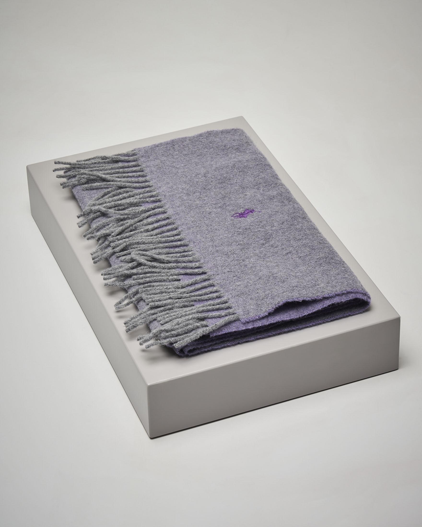 Sciarpa lilla in lana con frange
