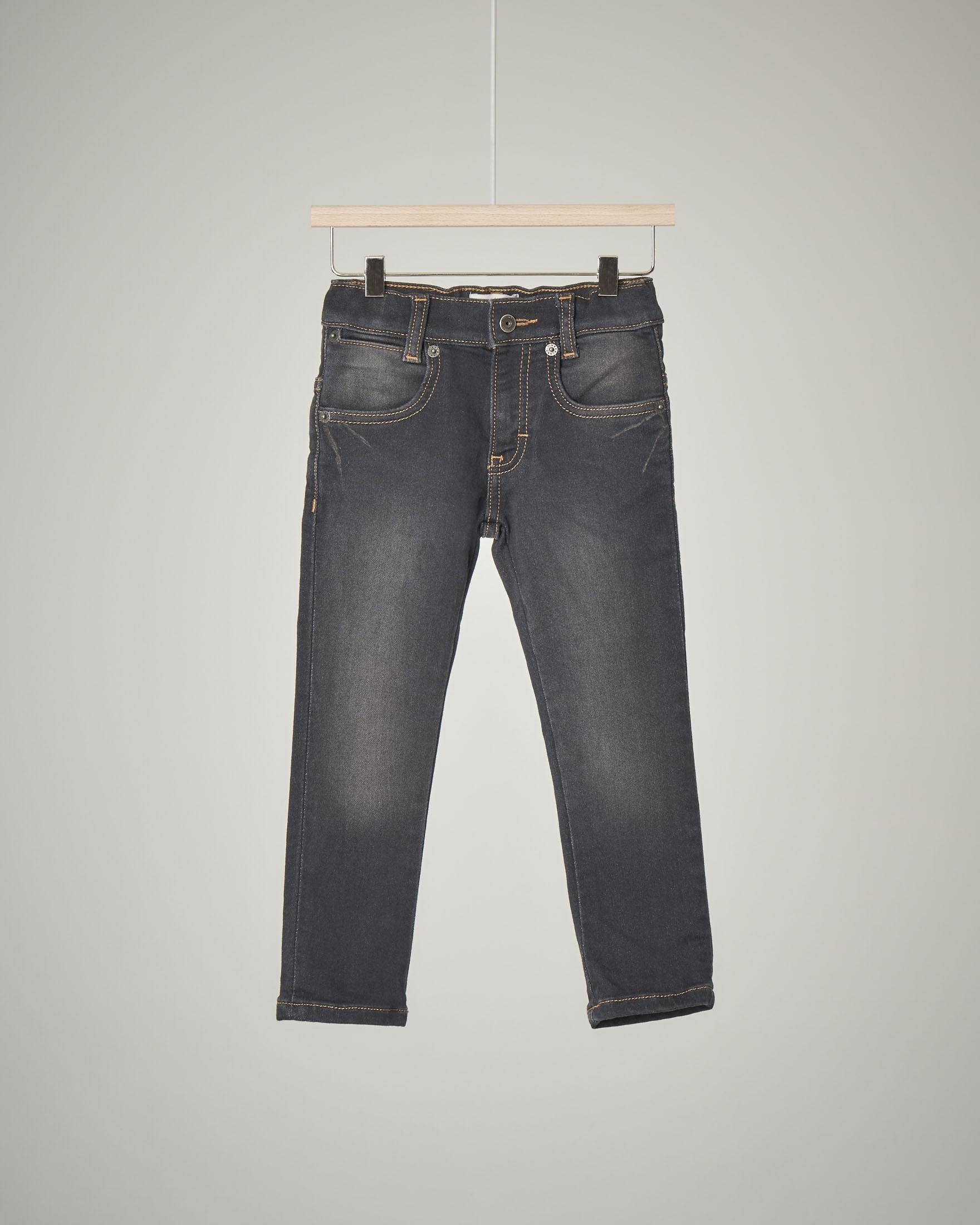 Jeans nero elasticizzato con sabbiature