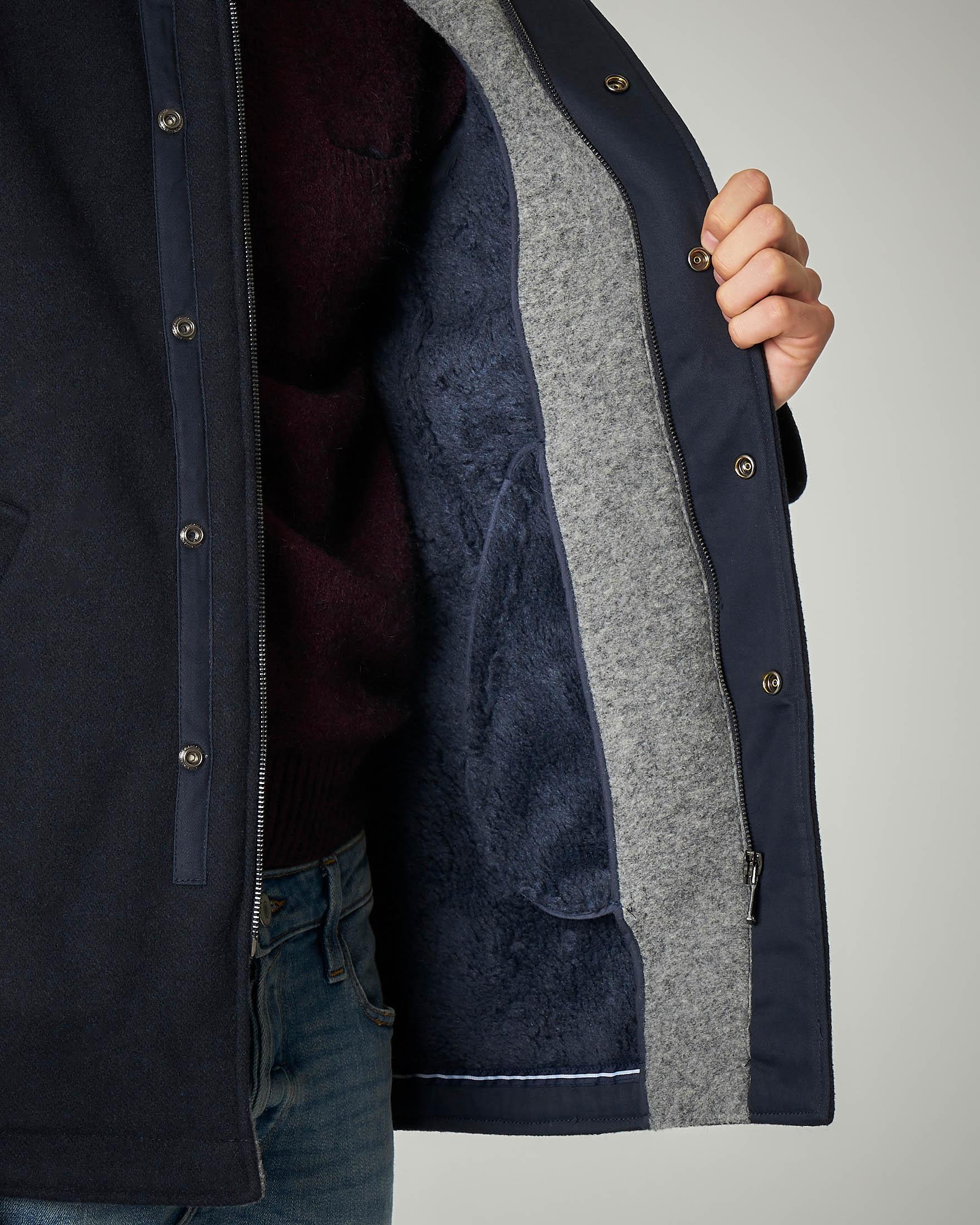 Cappotto blu con cappuccio e chiusura zip nascosta