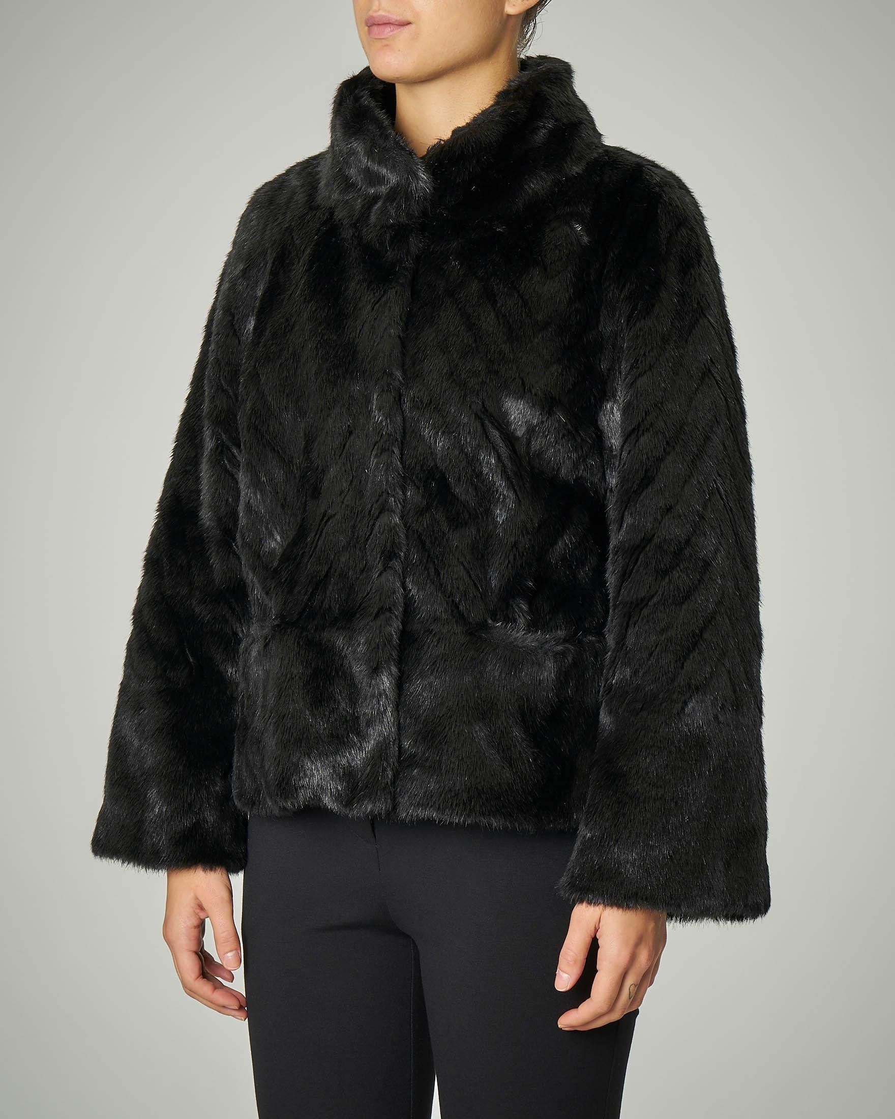 Eco pelliccia nera con collo alto e maniche tre quarti