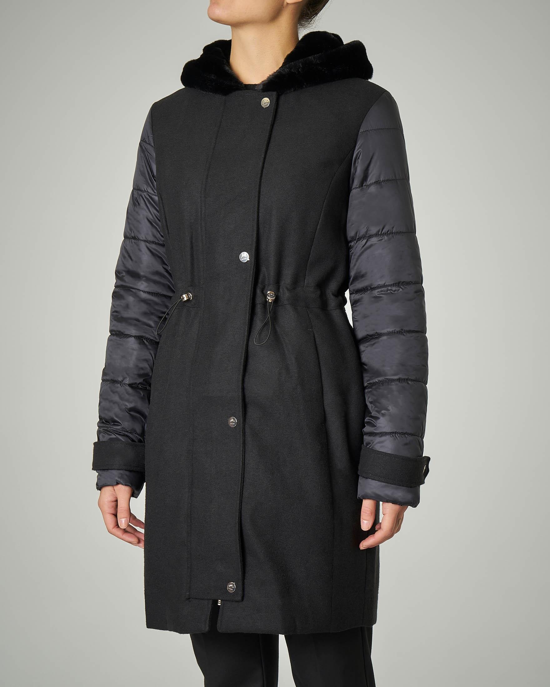 Cappotto trapuntato nero con cappuccio
