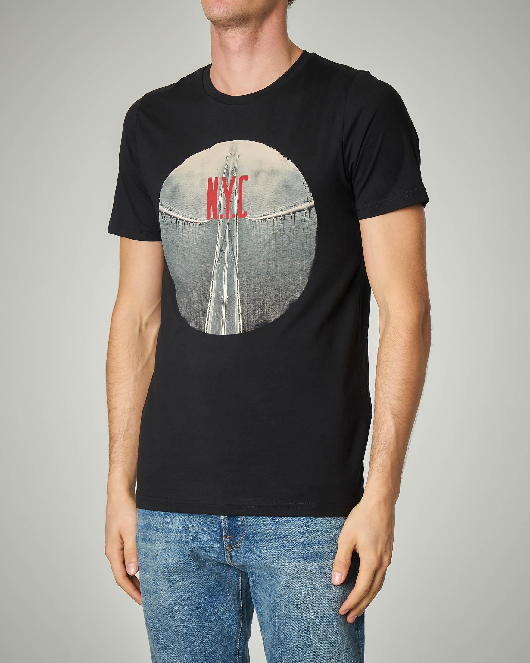 T-shirt nera con stampa ponte di N.Y.C