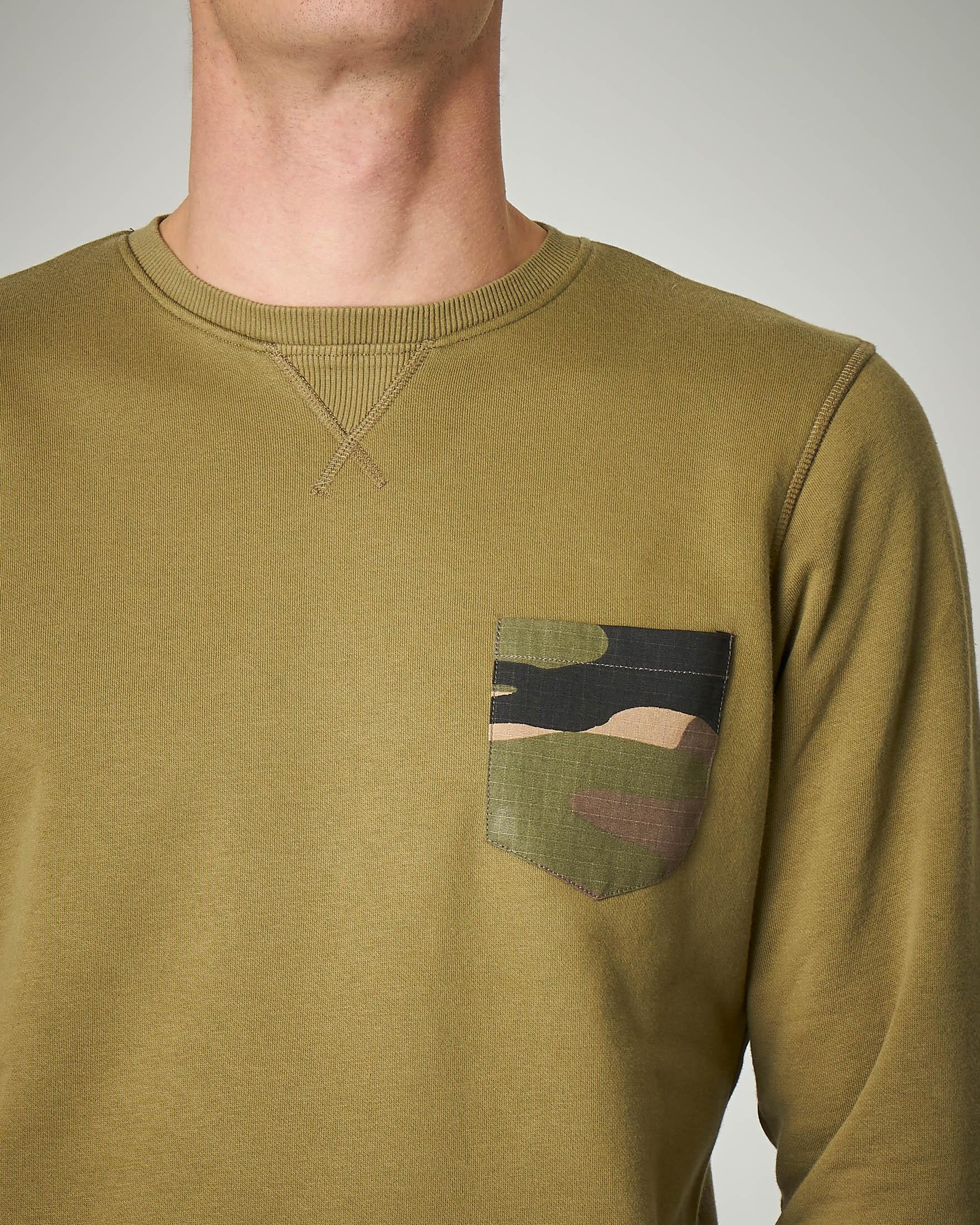 Felpa verde militare girocollo con taschino camouflage
