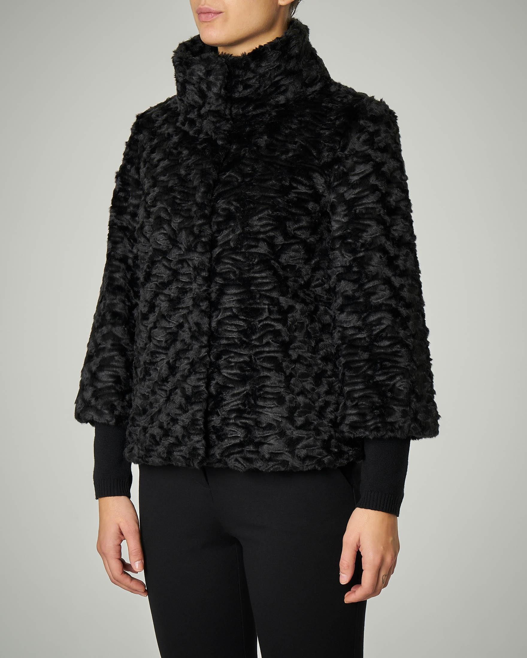 Eco pelliccia effetto astracan nera con maniche tre quarti