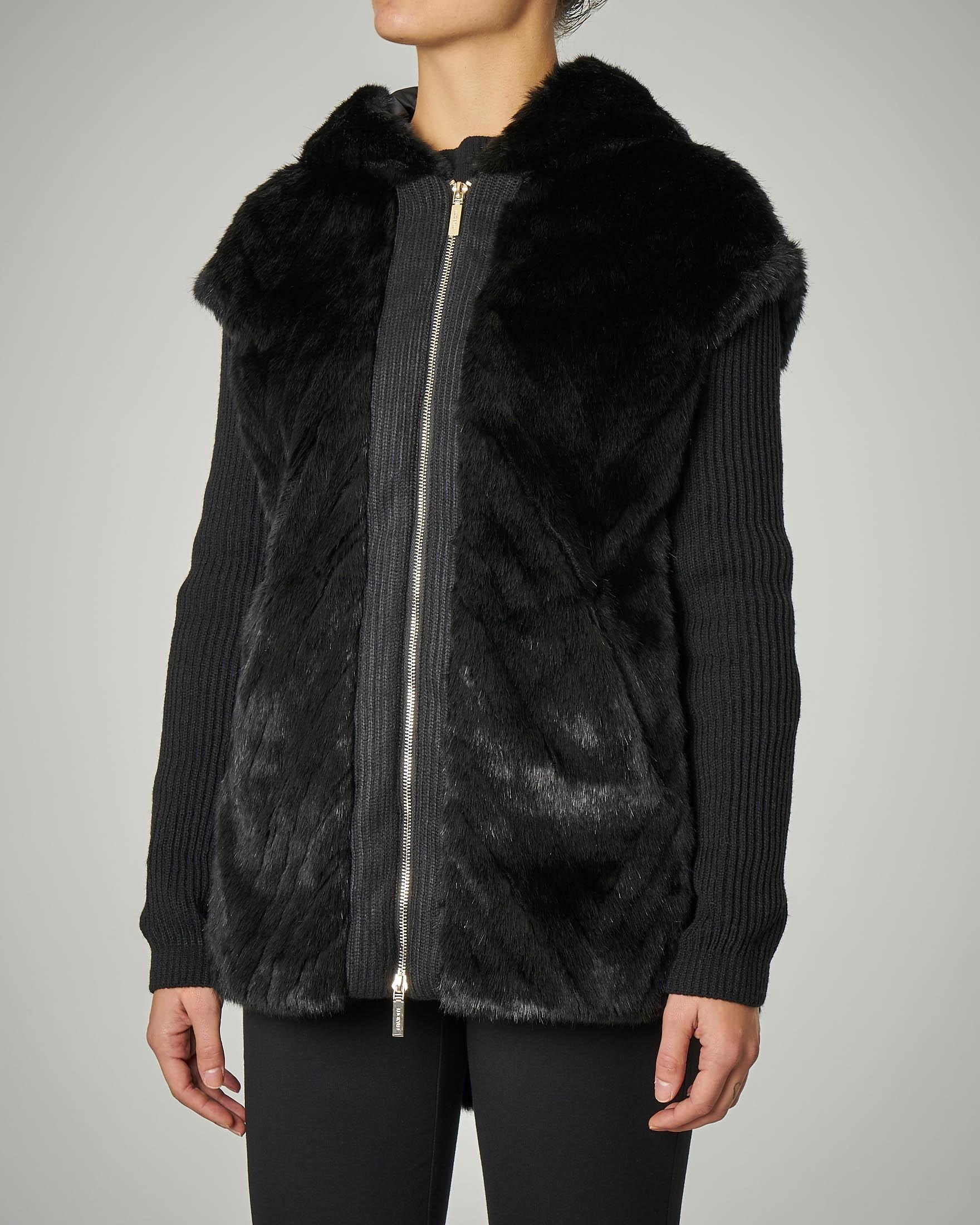 Cardigan nero con cappuccio e inserti in eco pelliccia
