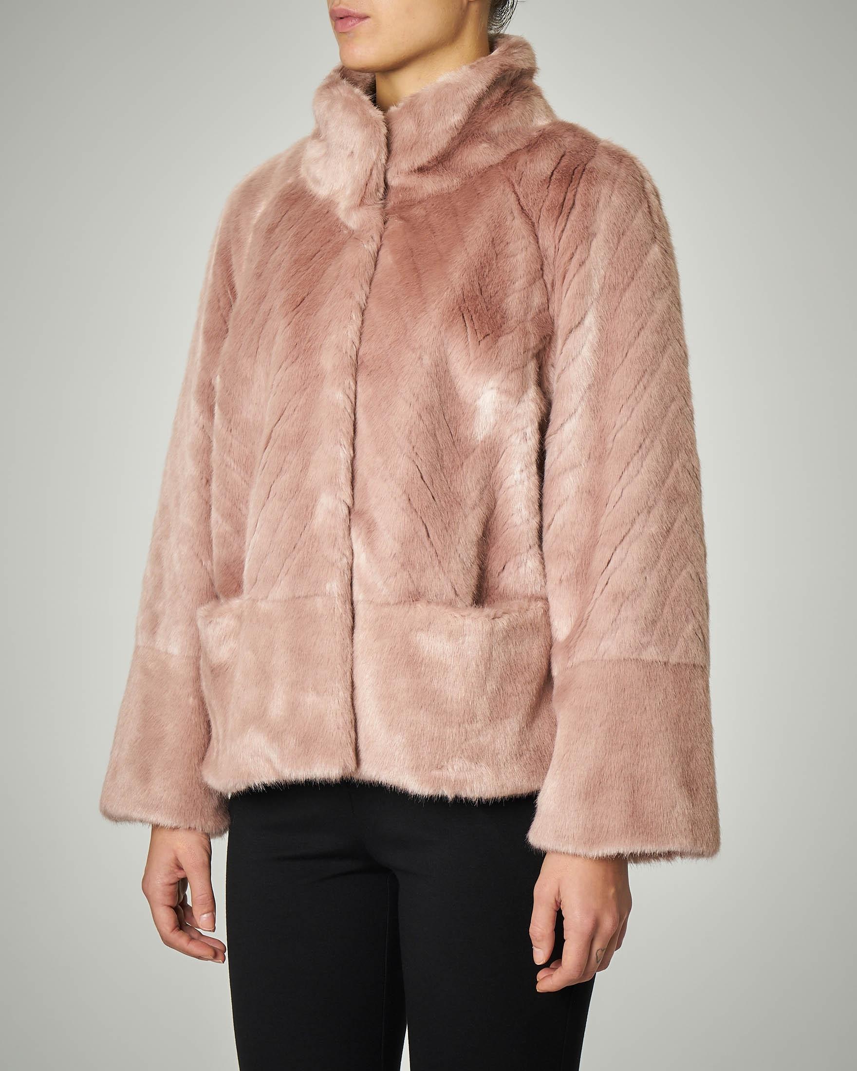 Eco pelliccia rosa con collo alto e maniche tre quarti