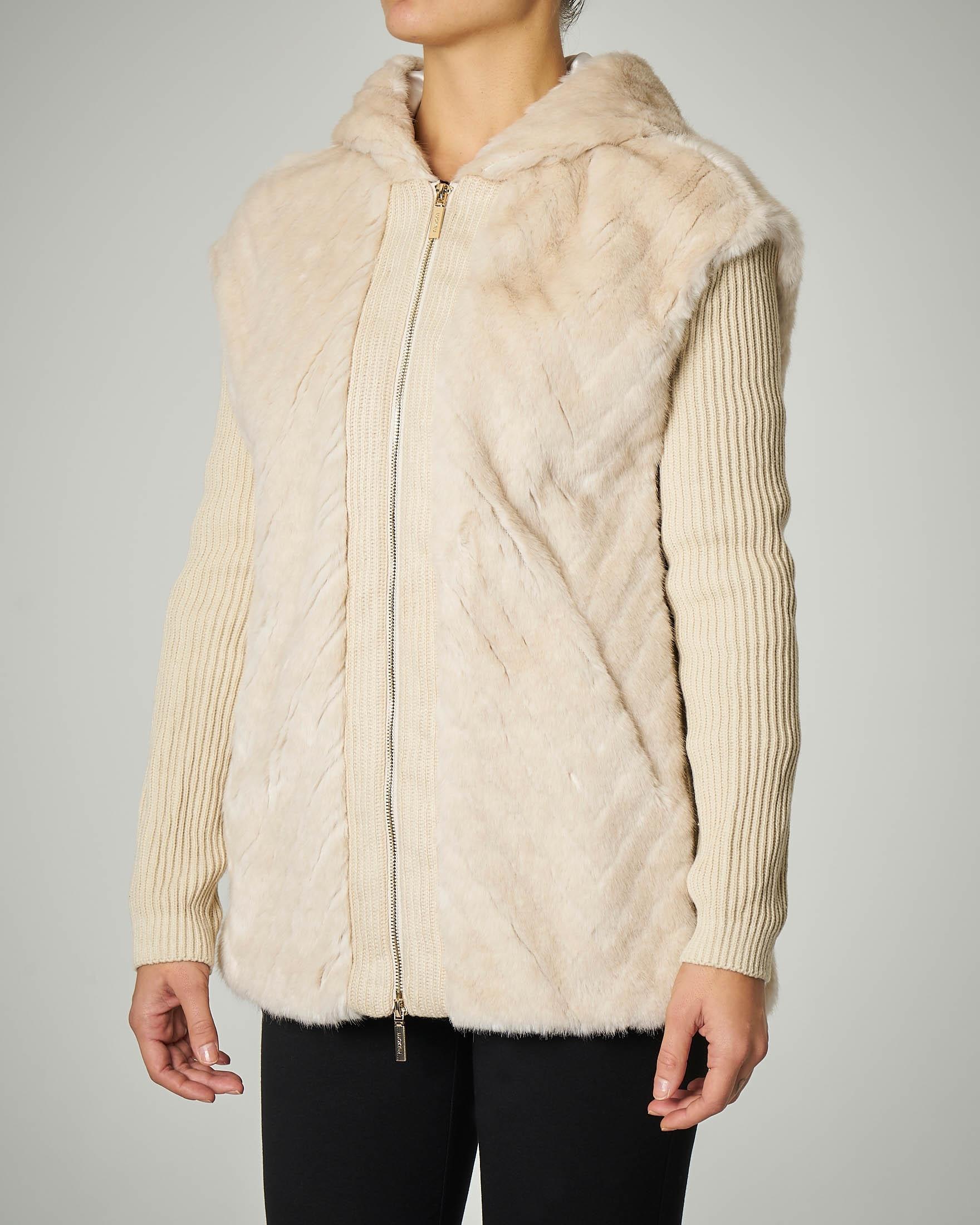 Cardigan avorio con cappuccio e inserti in eco pelliccia