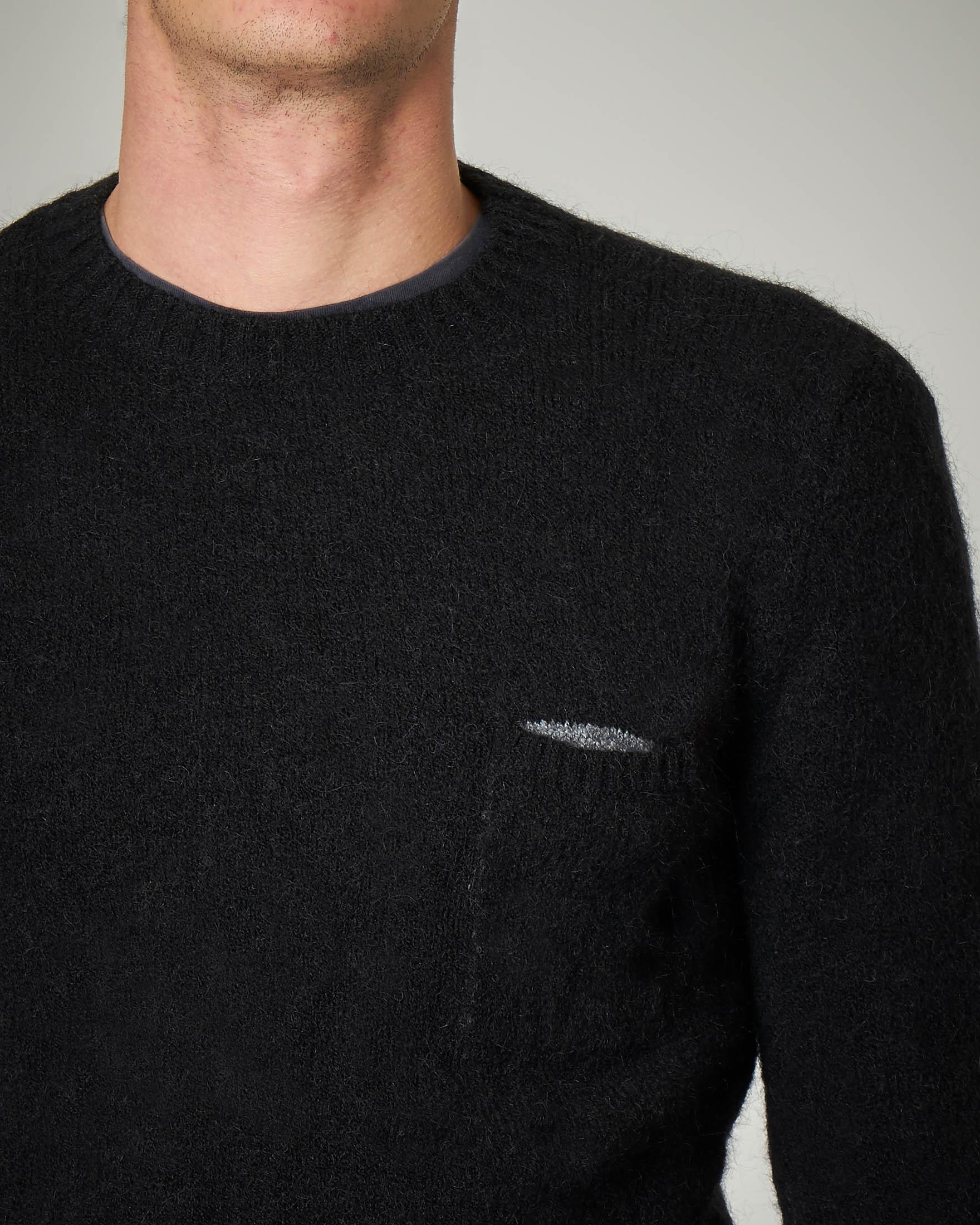 Maglia nera con taschino e patch