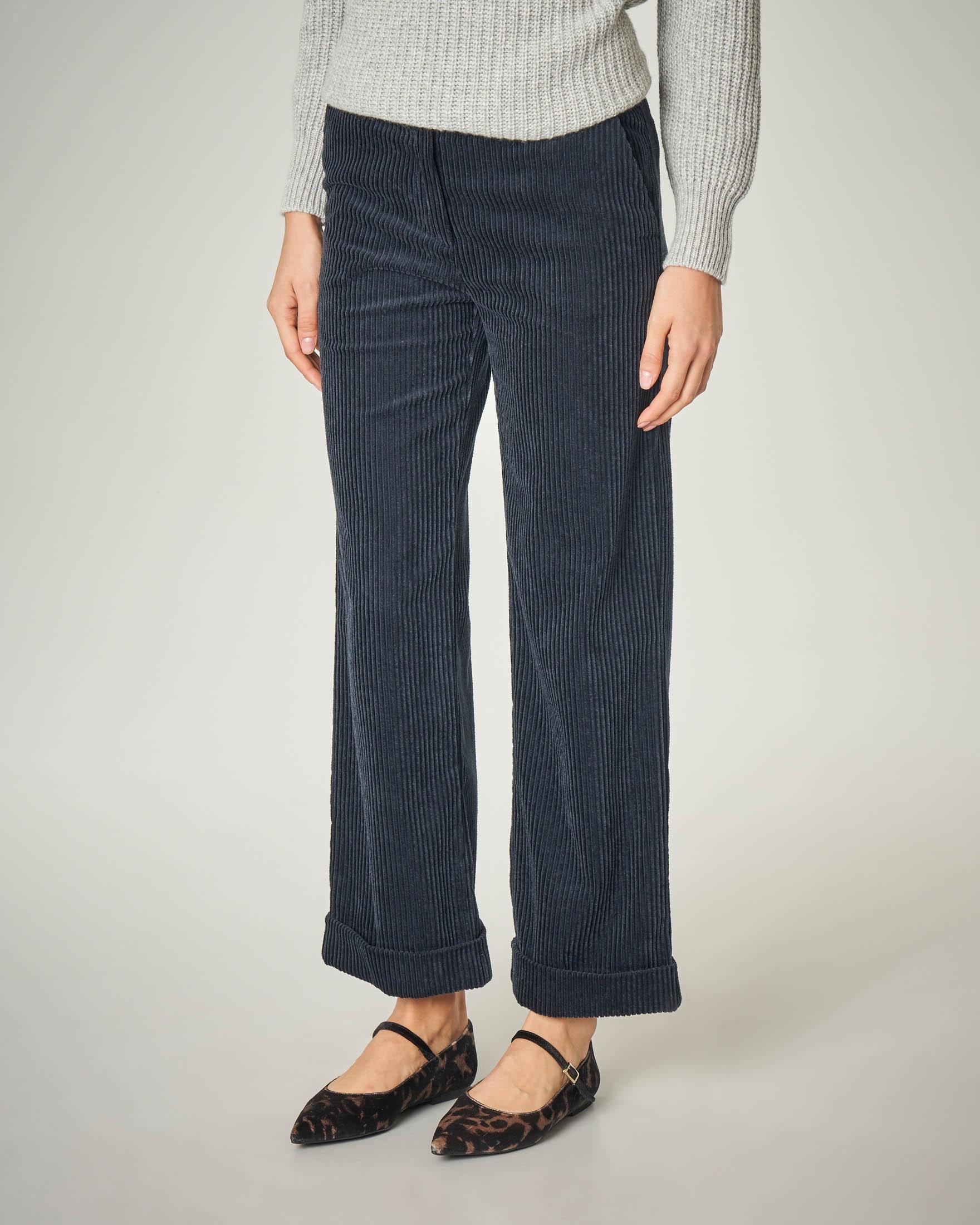 Pantalone in velluto blu a coste con maxi risvolto