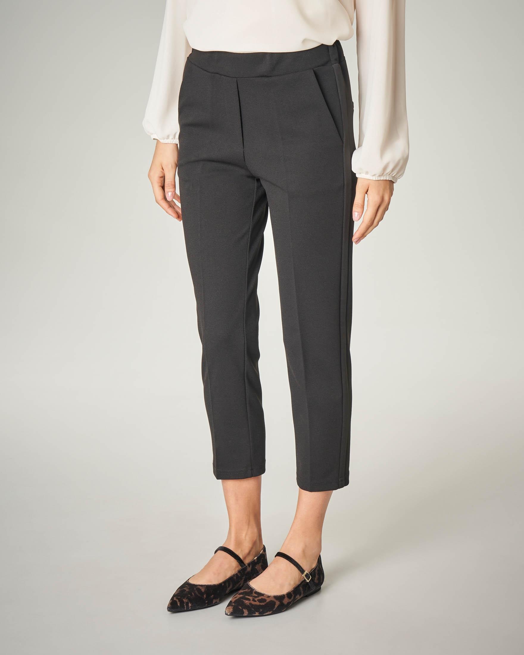 Pantalone nero con bande laterali in raso