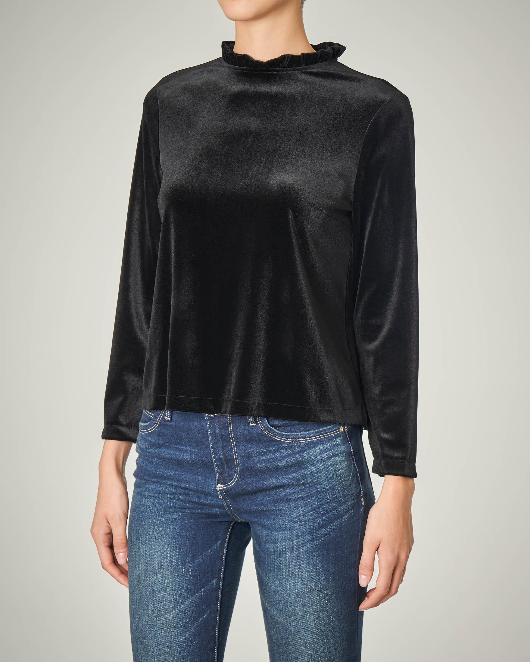 Blusa in velluto nero con rouches sul collo