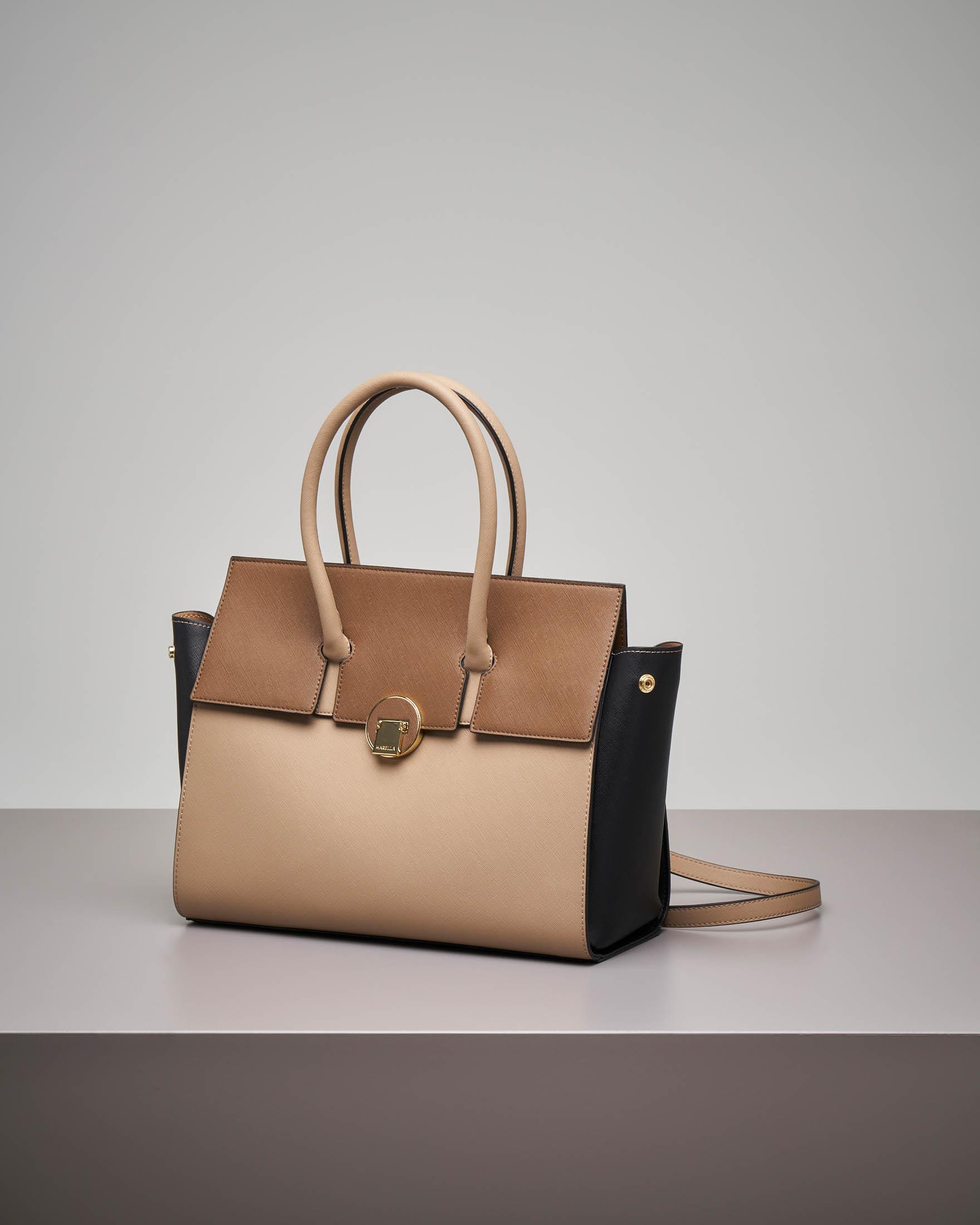 Borsa a spalla beige con patta intercambiabile cammello e in ecopelliccia tono su tono.