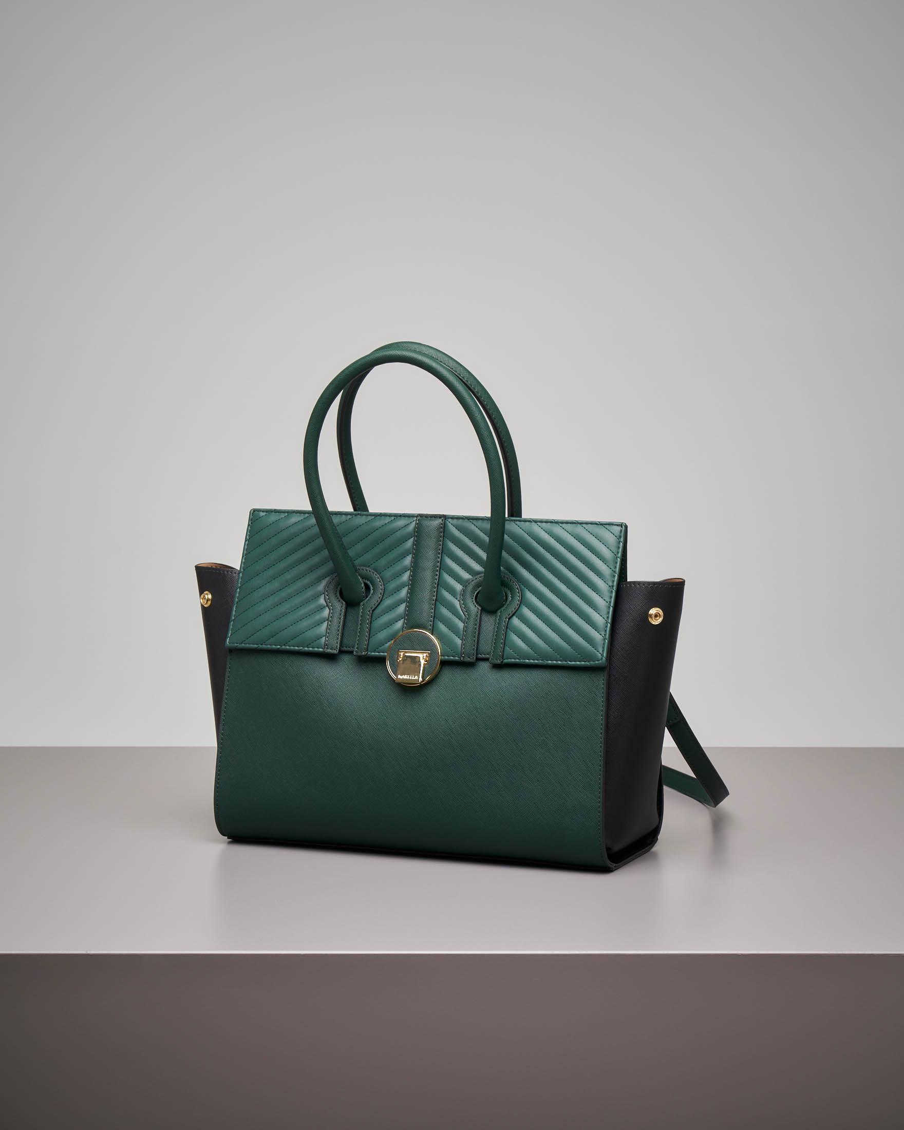 Borsa a spalla verde con patta intercambiabile beige e trapuntata tono su tono.