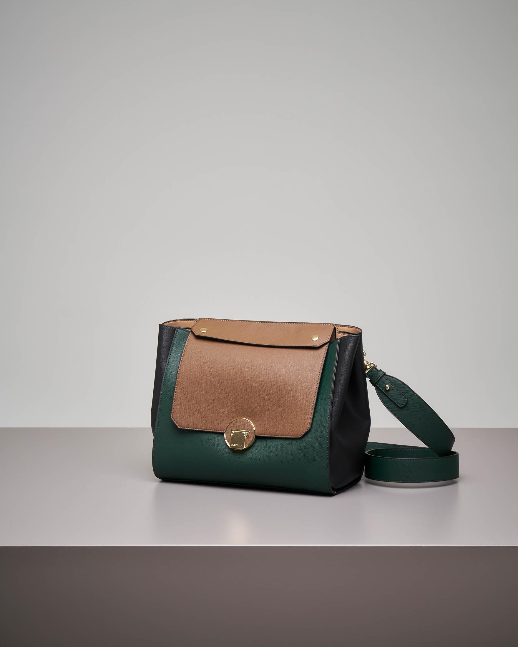 Borsa verde misura media con patta intercambiabile beige e trapuntata tono su tono.