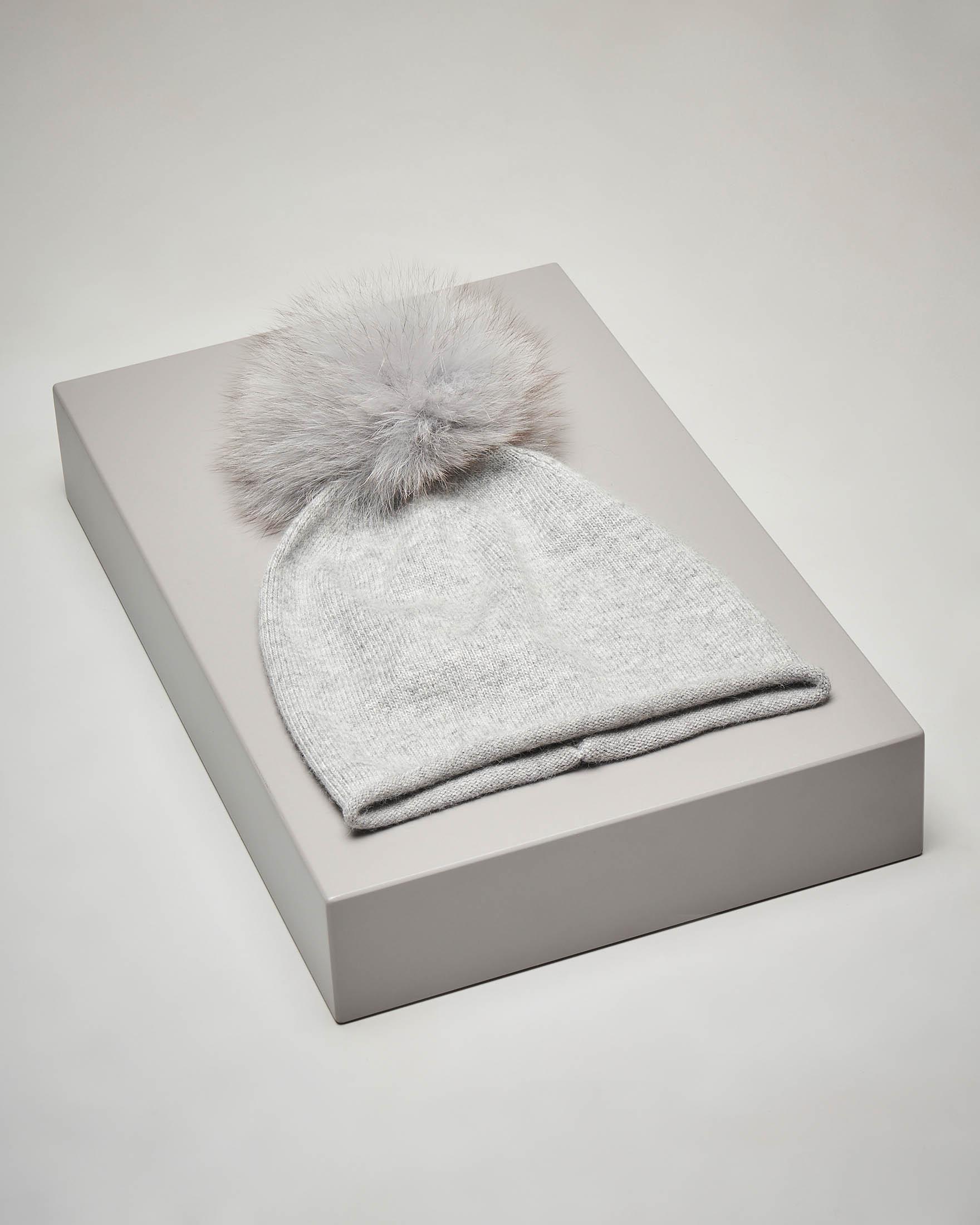 Berretto grigio in maglia con pon pon in volpe