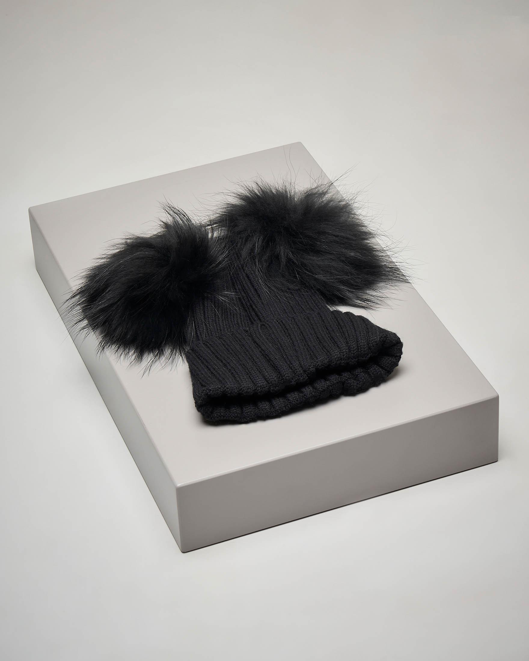 Berretto nero in maglia con doppio pon pon in pelliccia