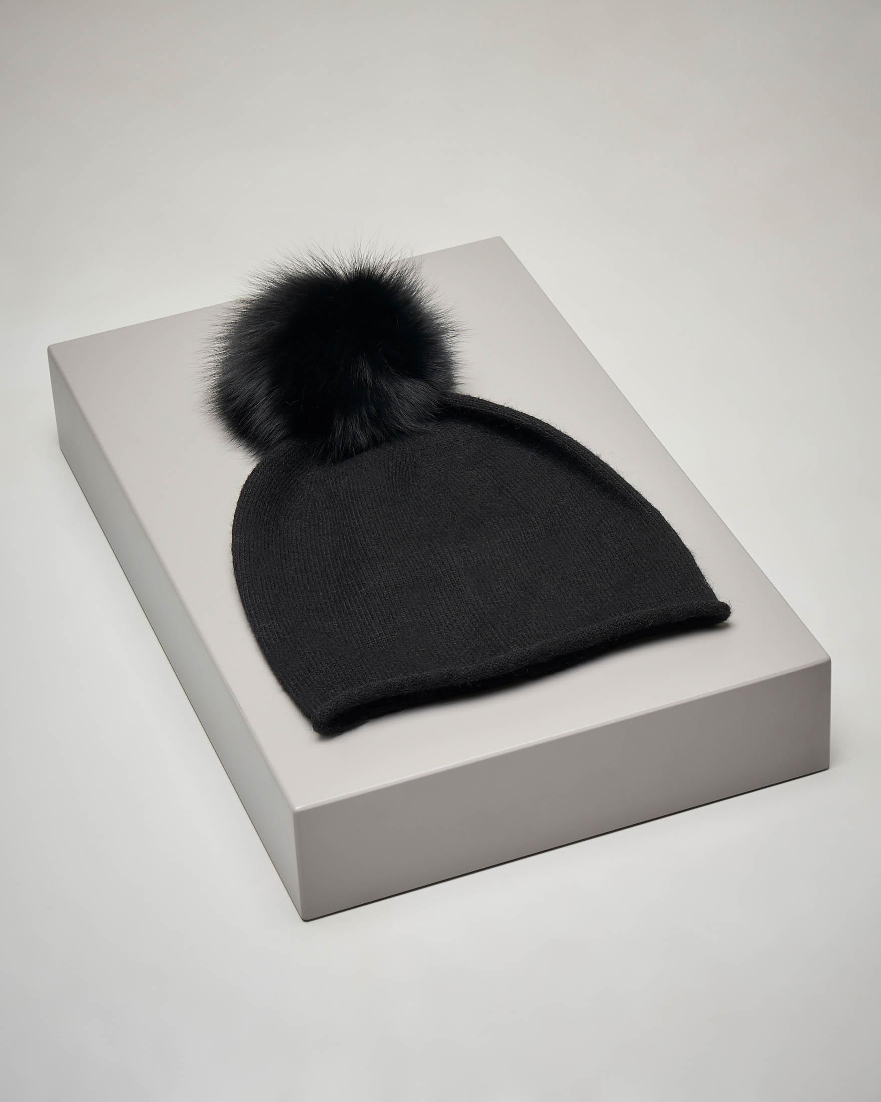 Berretto nero in maglia con pon pon in volpe