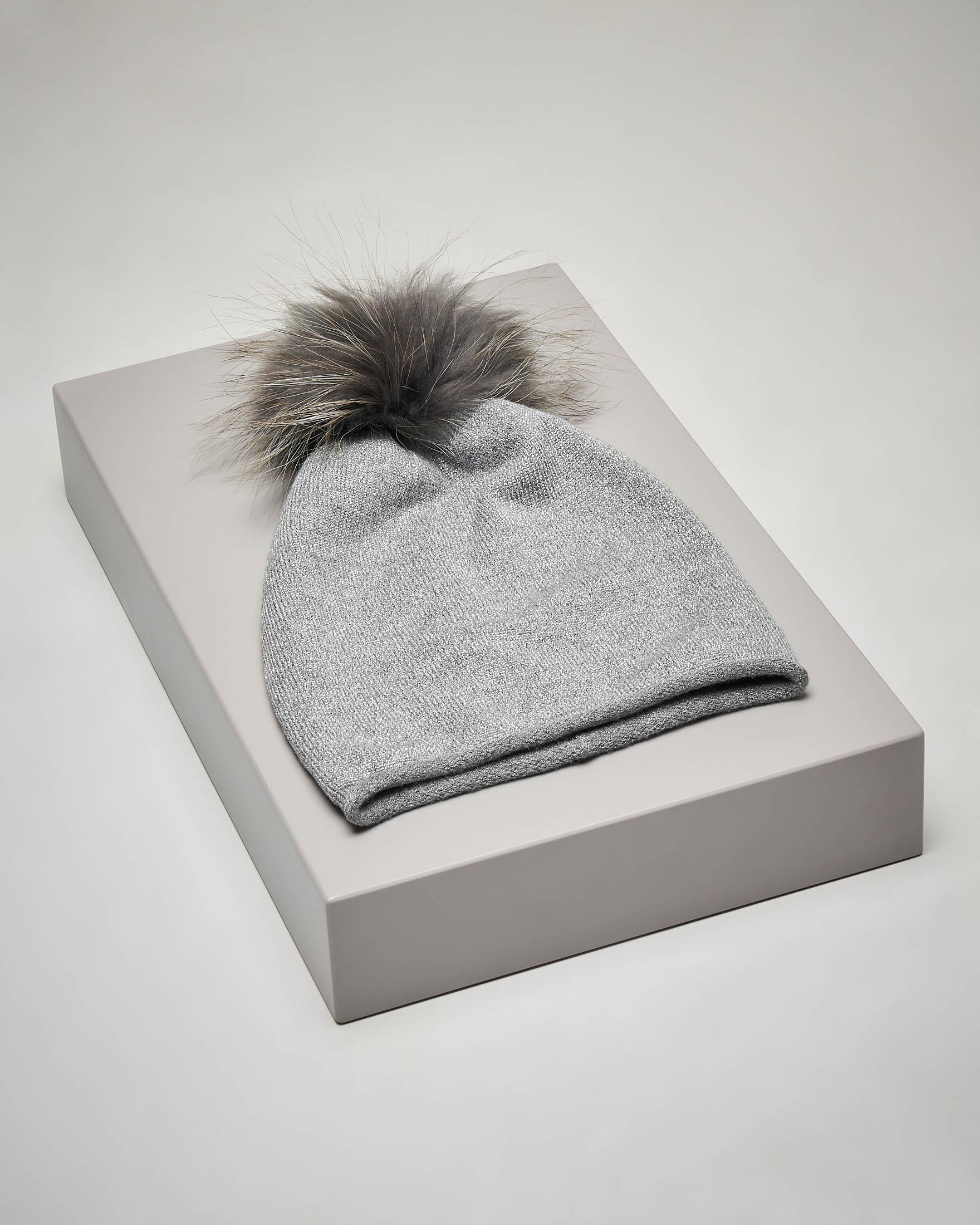 Berretto grigio in maglia con inserti in lurex e pon pon in pelliccia