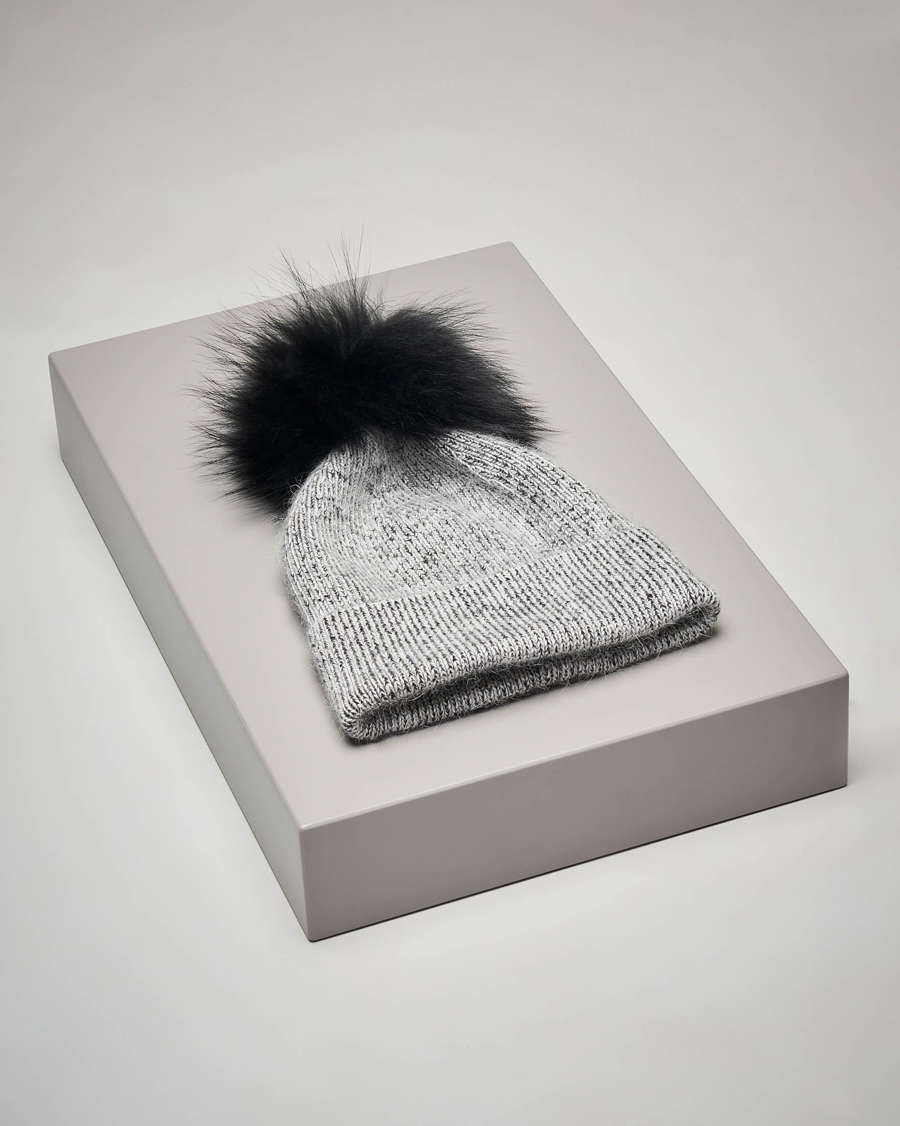 Berretto nero in maglia con pon pon in pelliccia