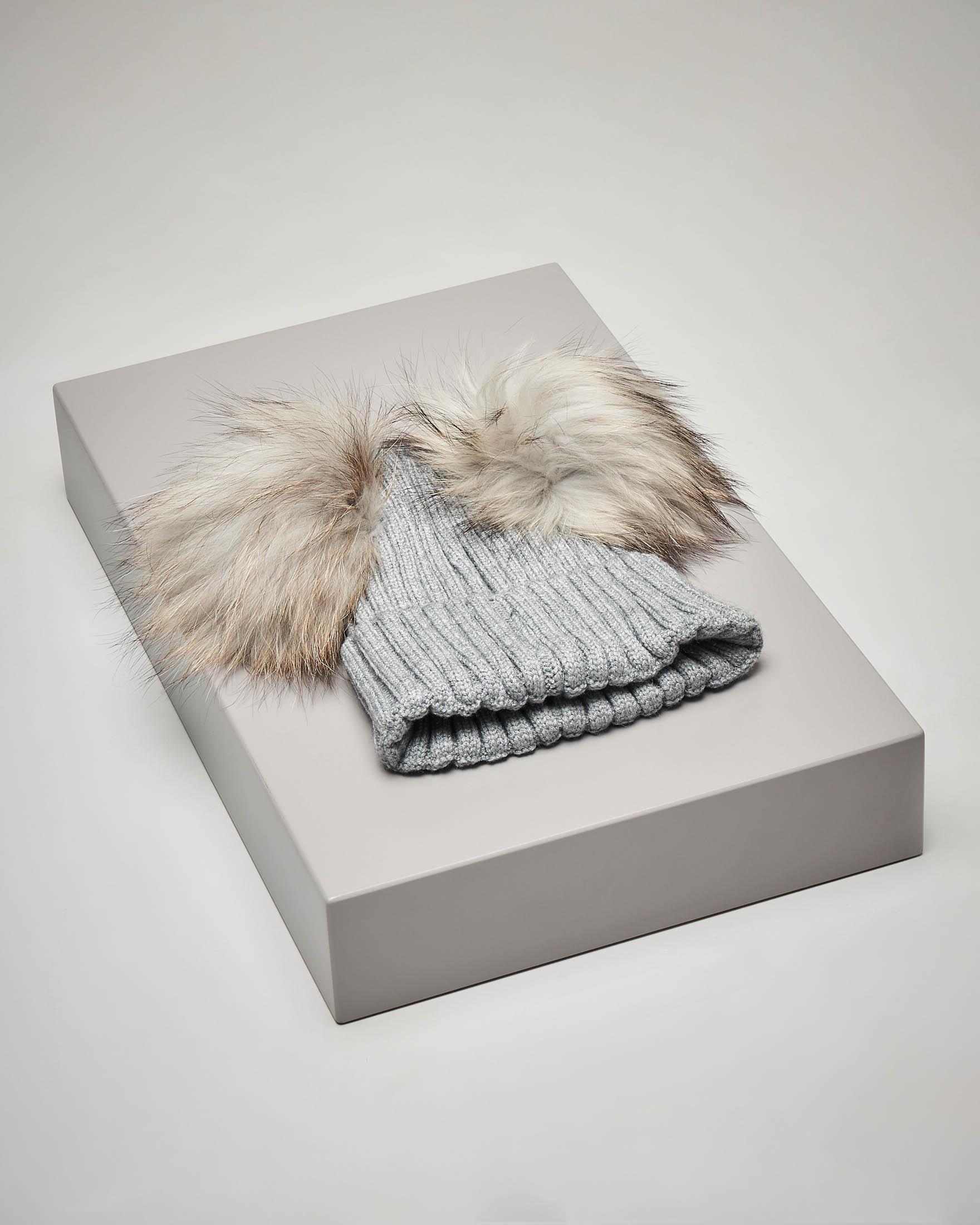 Berretto grigio in maglia con doppio pon pon in pelliccia