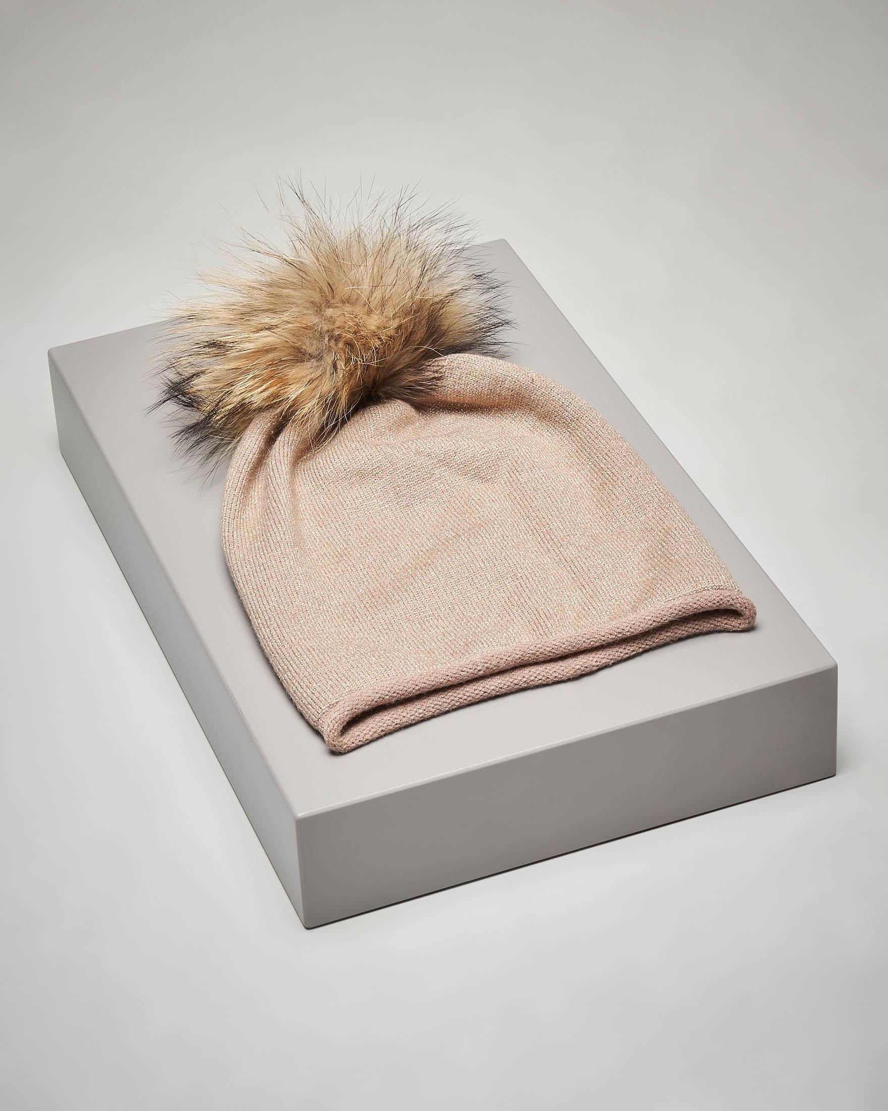 Berretto beige in maglia con inserti in lurex e pon pon in pelliccia