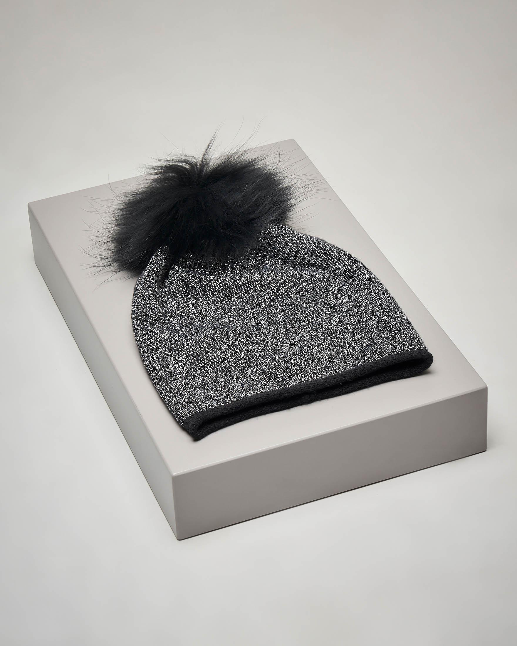 Berretto nero in maglia con inserti in lurex e pon pon in pelliccia