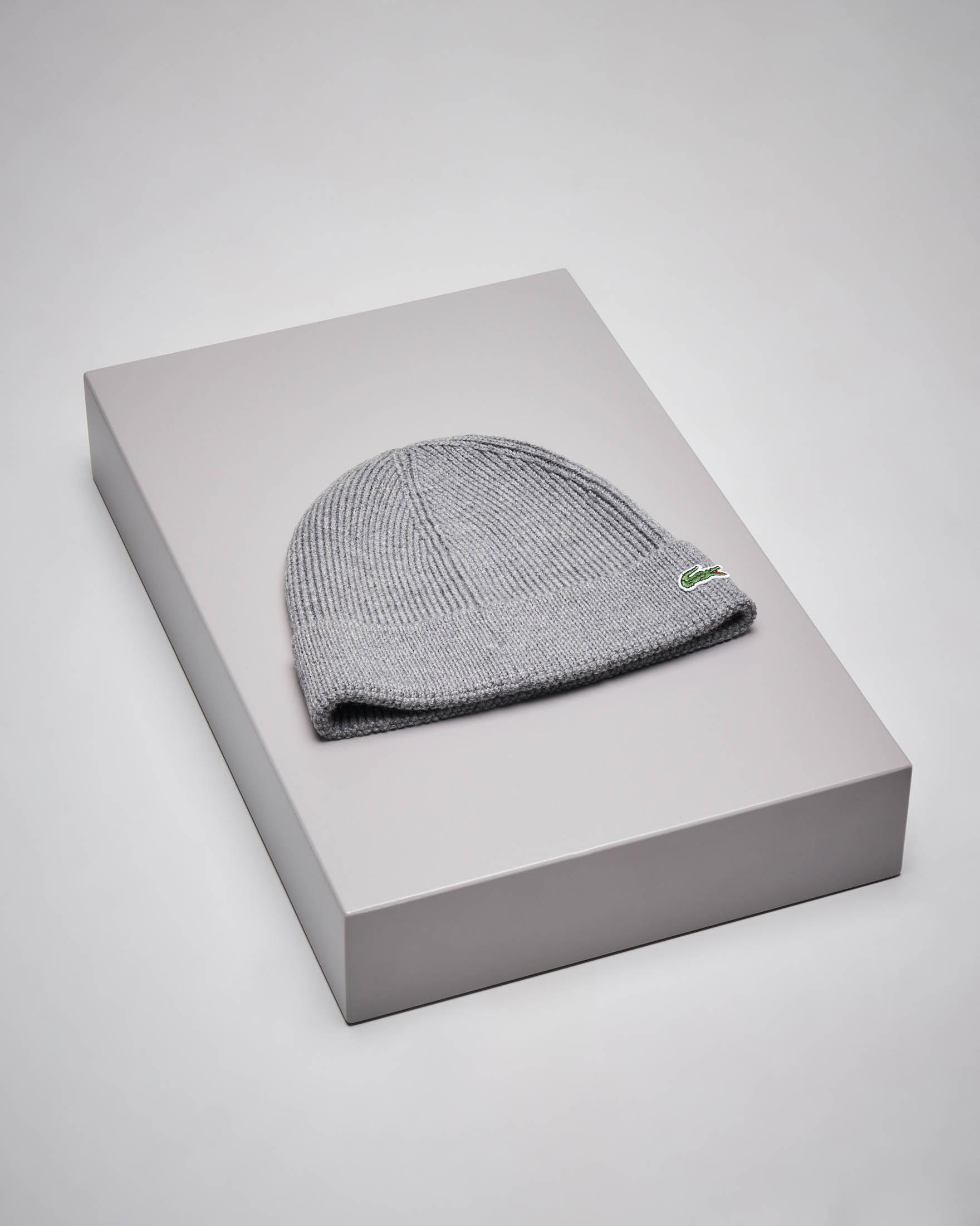 Berretto grigio con risvolto in lana