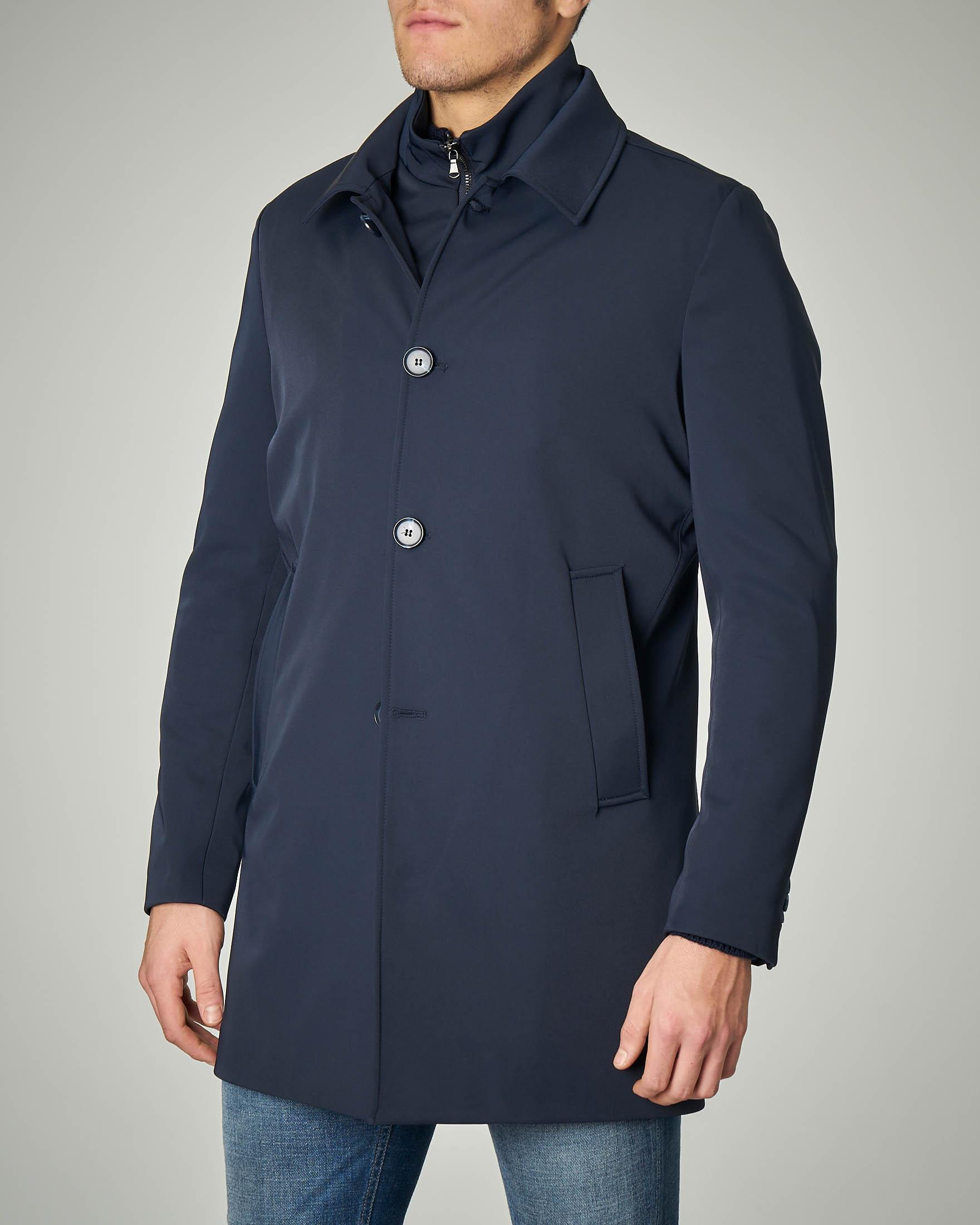Cappotto impermeabile blu con chiusura a bottoni e davantino