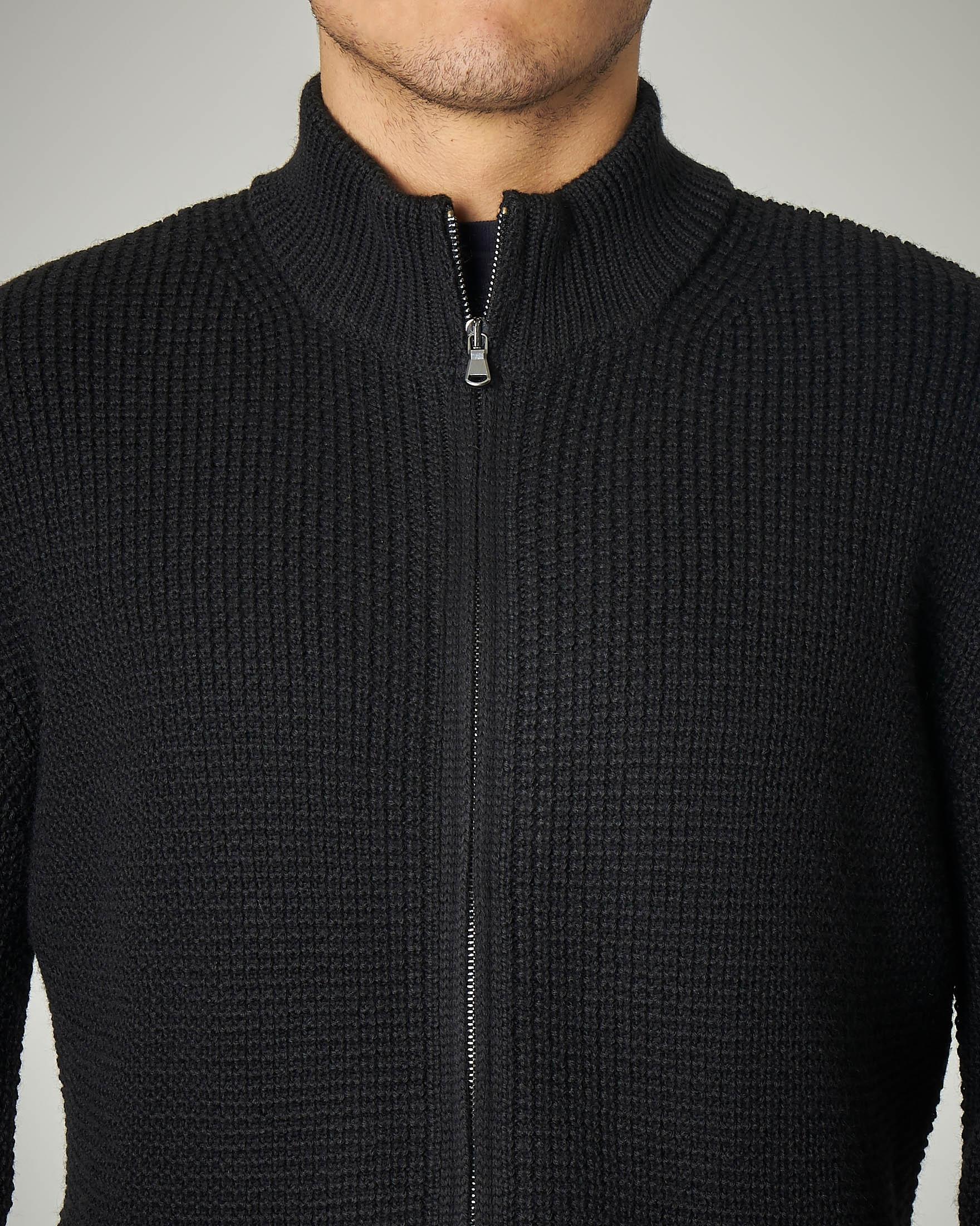 Maglia nera con zip a trama punto mosso