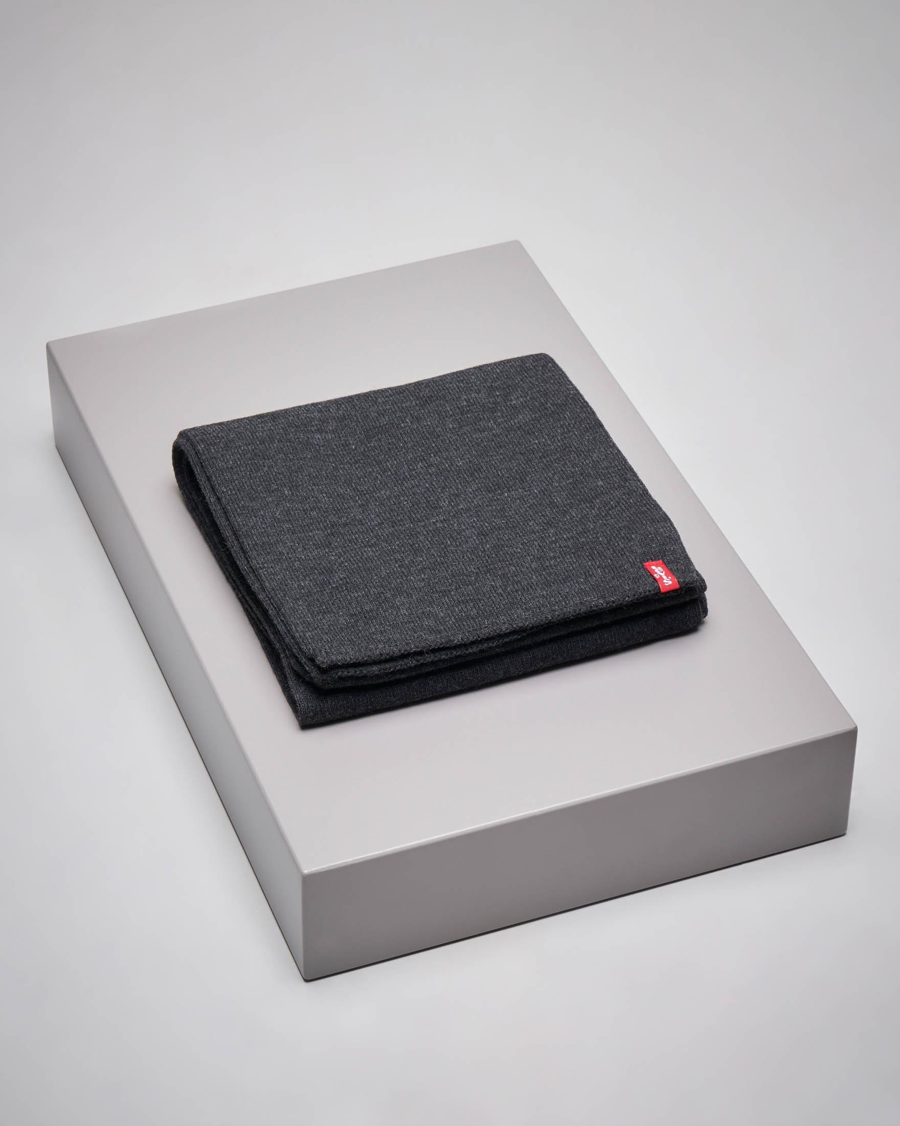 Sciarpa grigio antracite con etichetta logata