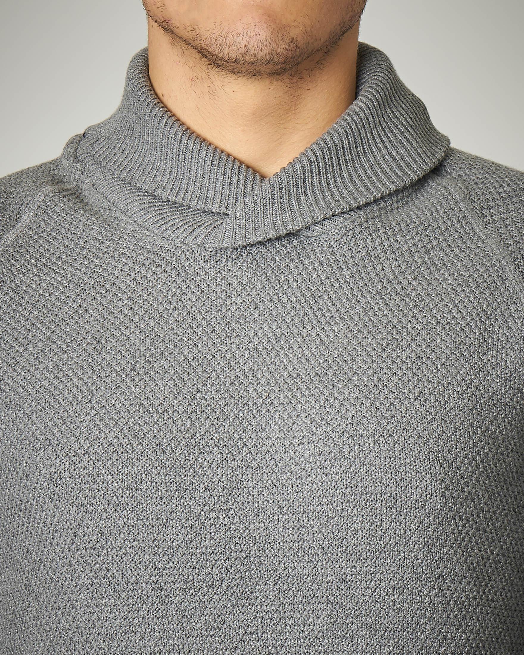 Maglia grigia in cotone con collo a scialle