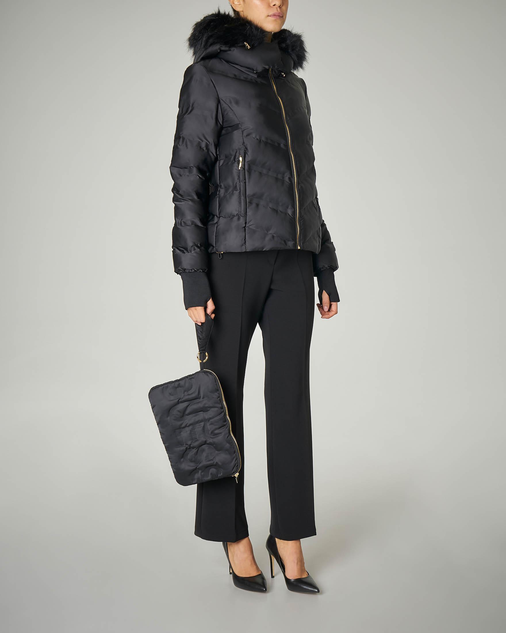 Piumino nero con cappuccio e pochette coordinata