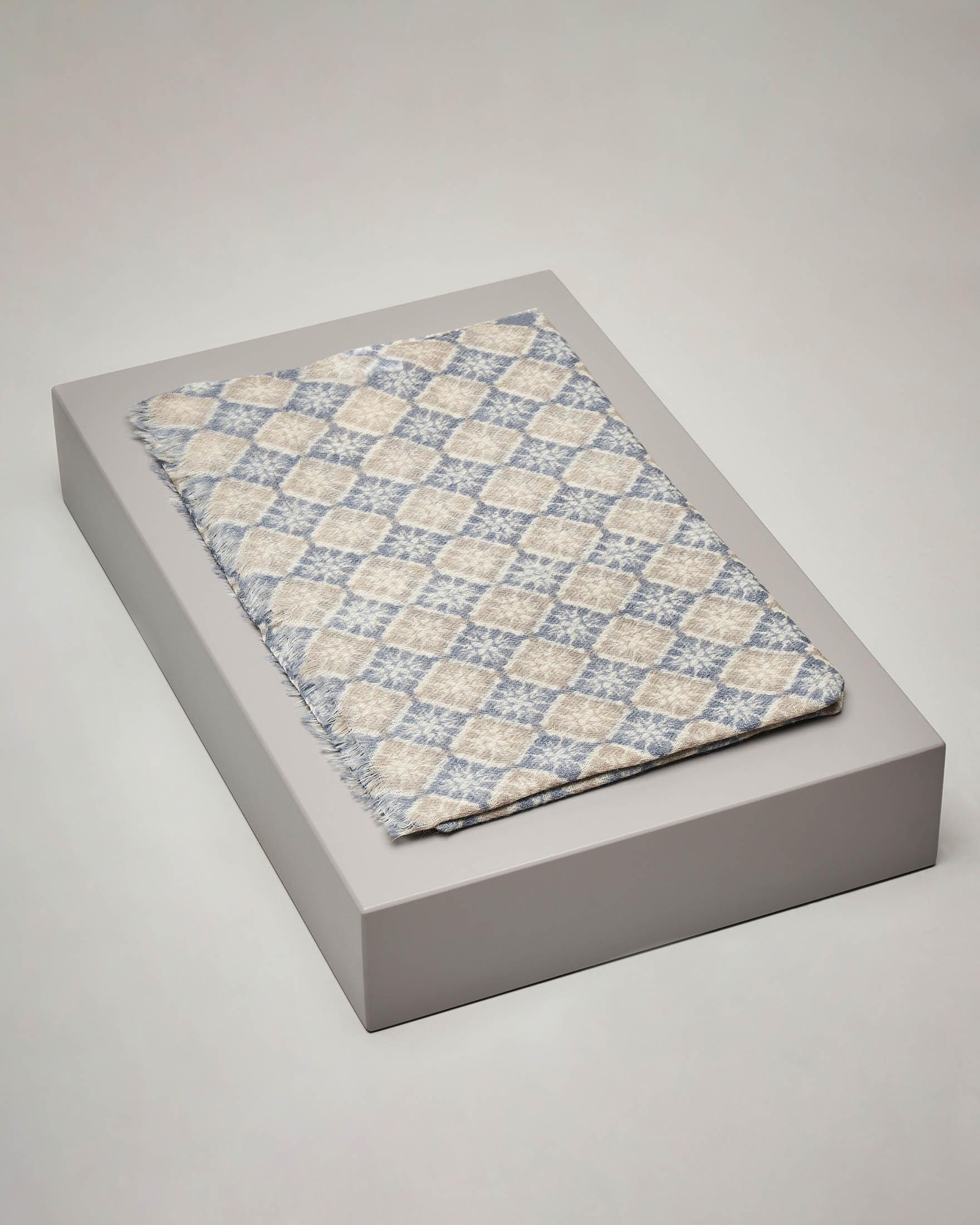 Sciarpa beige e azzurra in lana e seta a fantasia geometrica