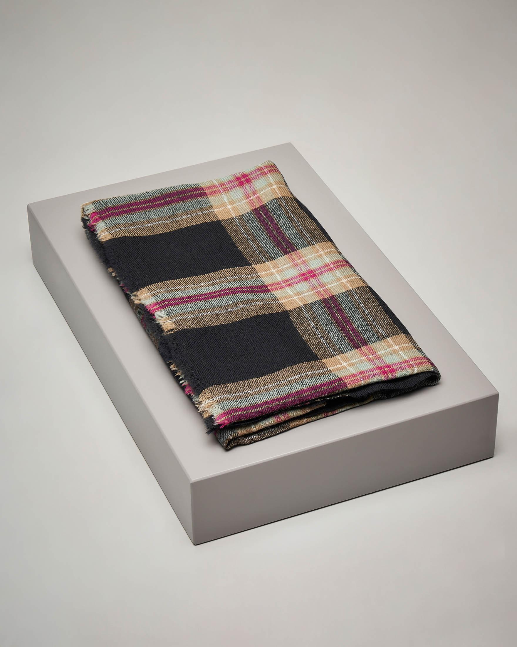 Sciarpa in lana a fantasia check a base nera con inserti rossi