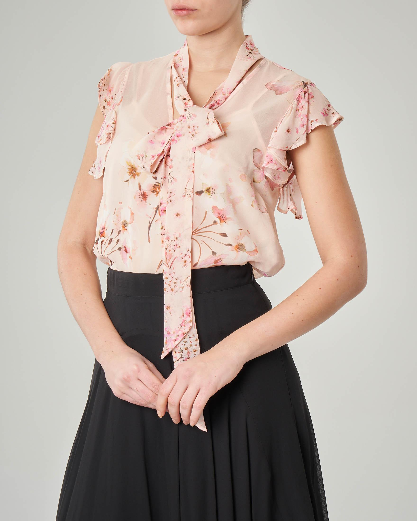 Camicetta rosa a fantasia floreale con maniche corte a volant
