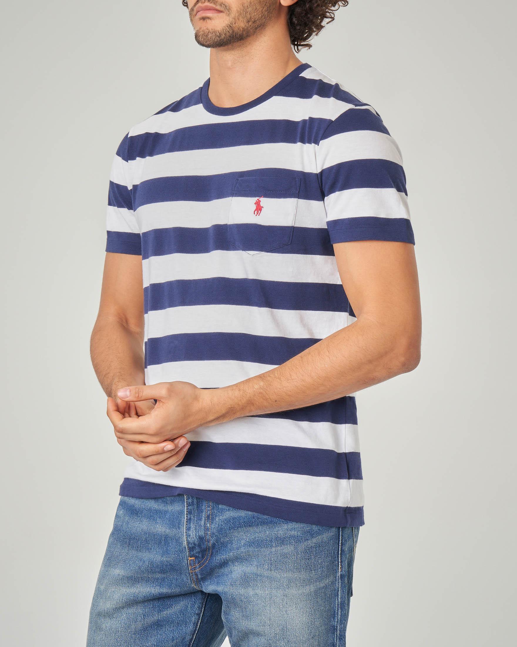 T-shirt a righe bianche e blu con taschino