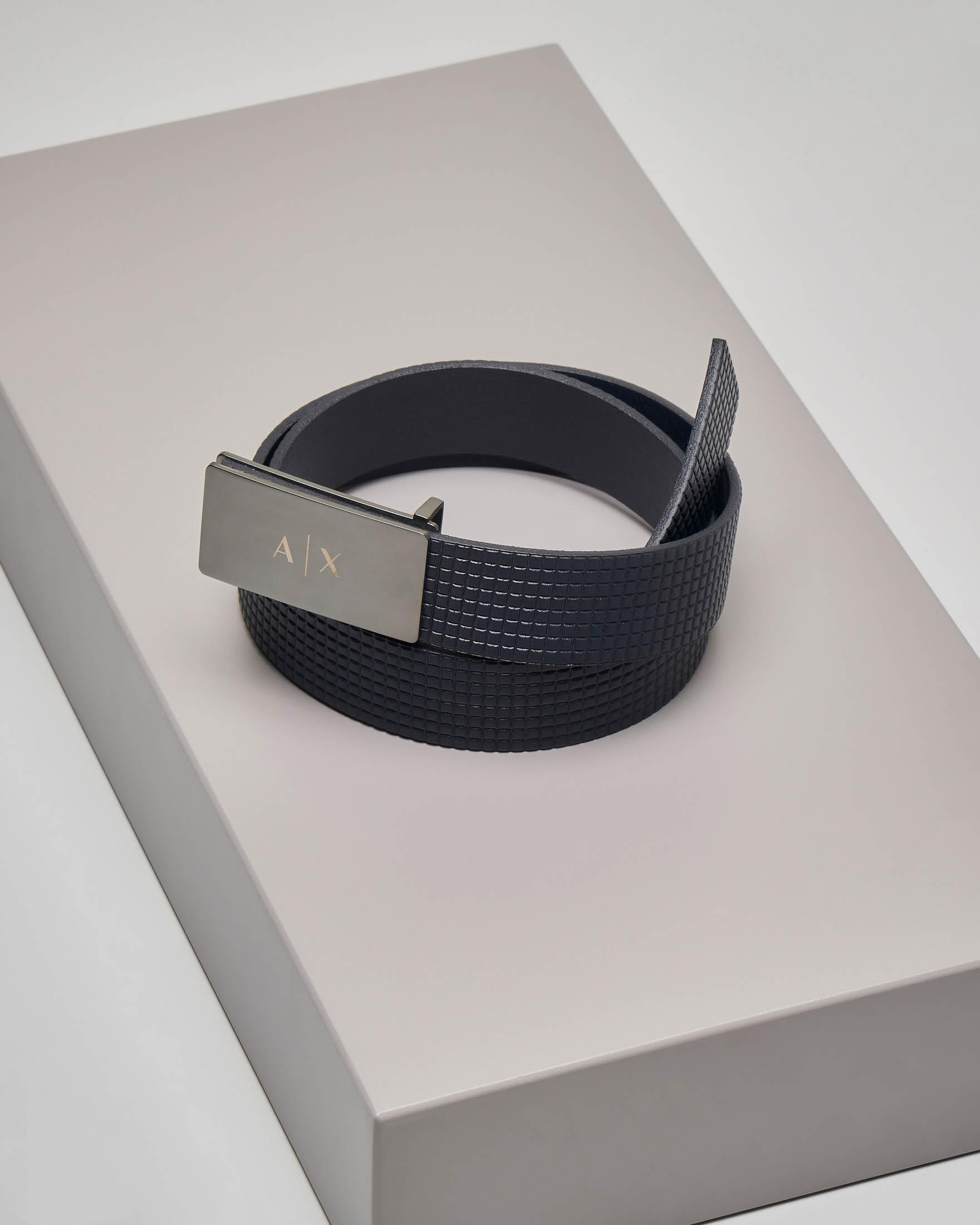 Cintura blu in pelle con fibbia in metallo