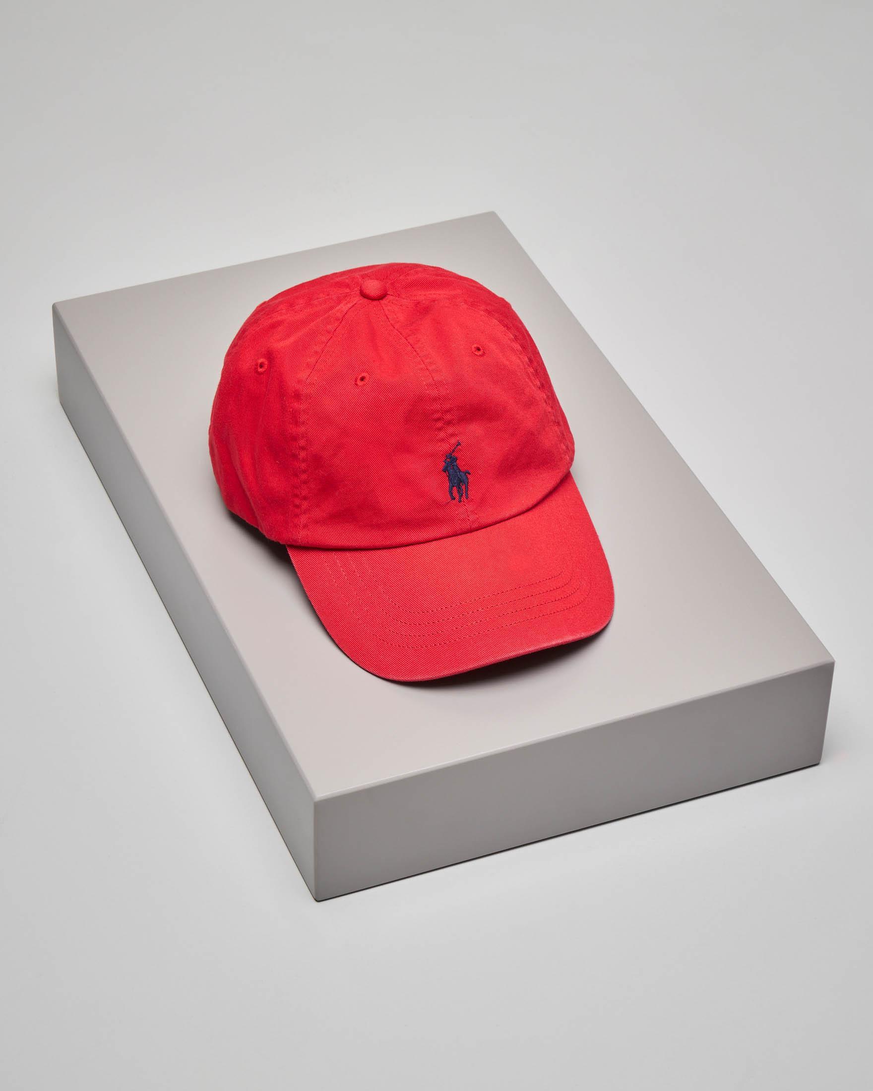 Berretto rosso con fontino e logo