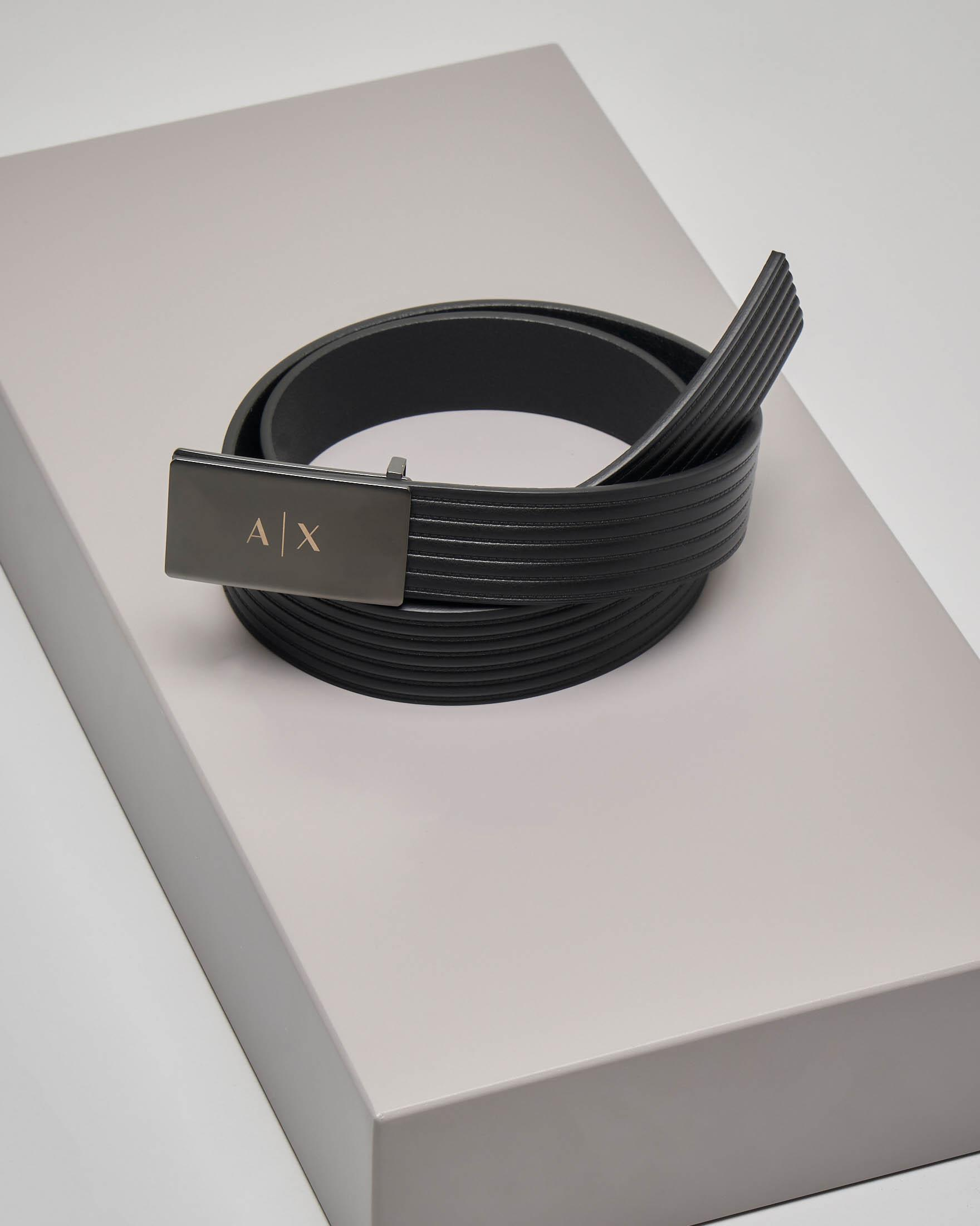 Cintura nera in pelle con fibbia in metallo