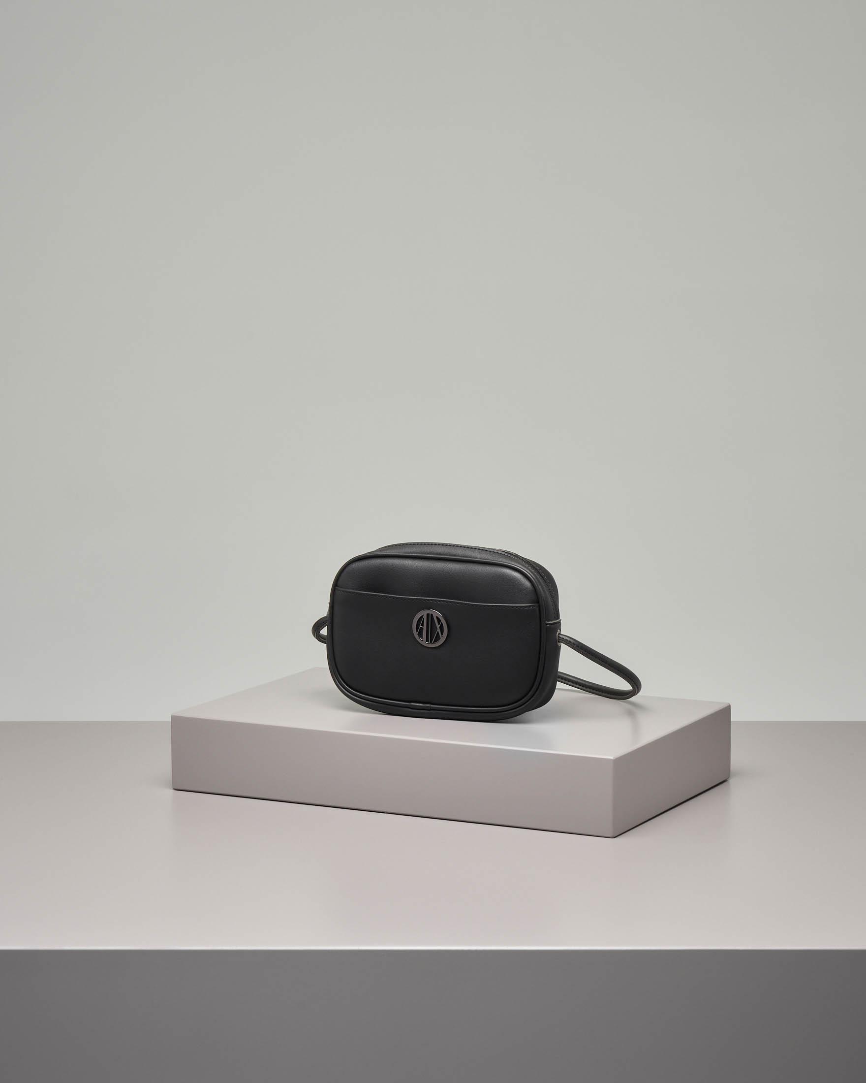 Cross bag nera con logo applicato