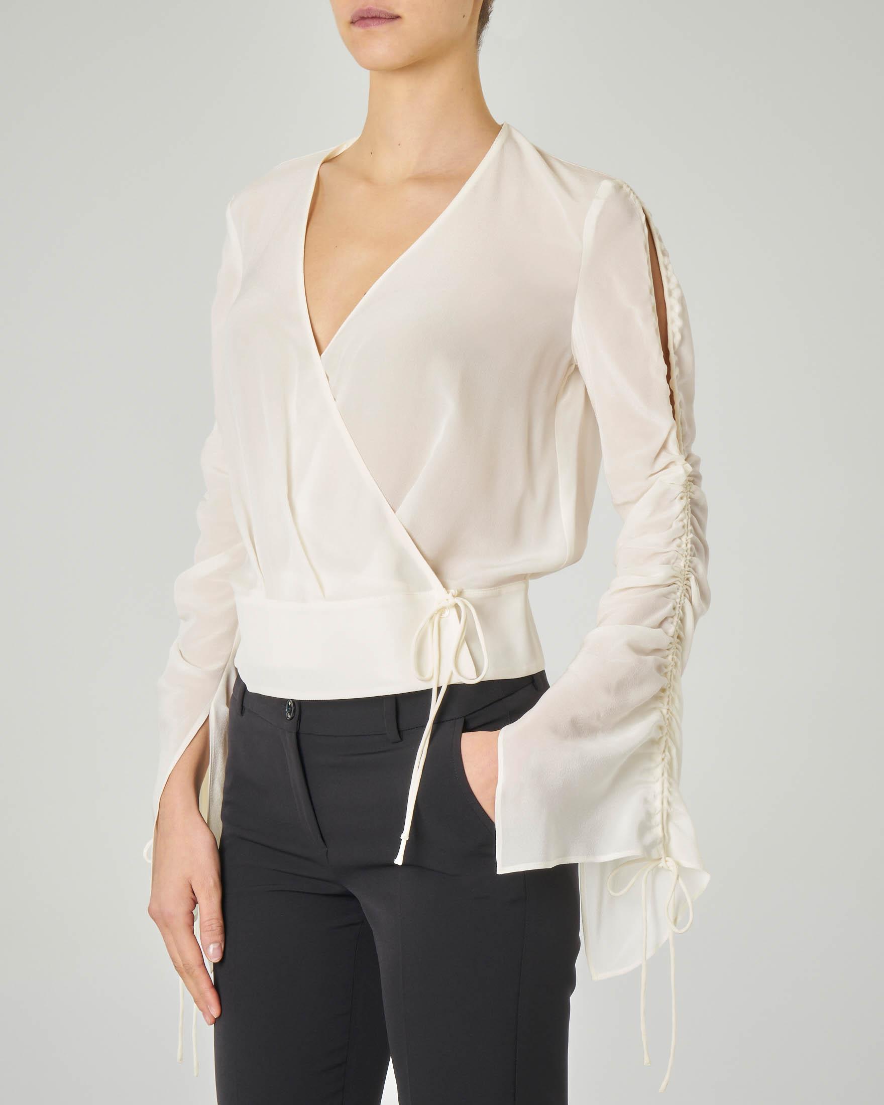 Blusa bianca in seta con scollo a V e maniche lunghe