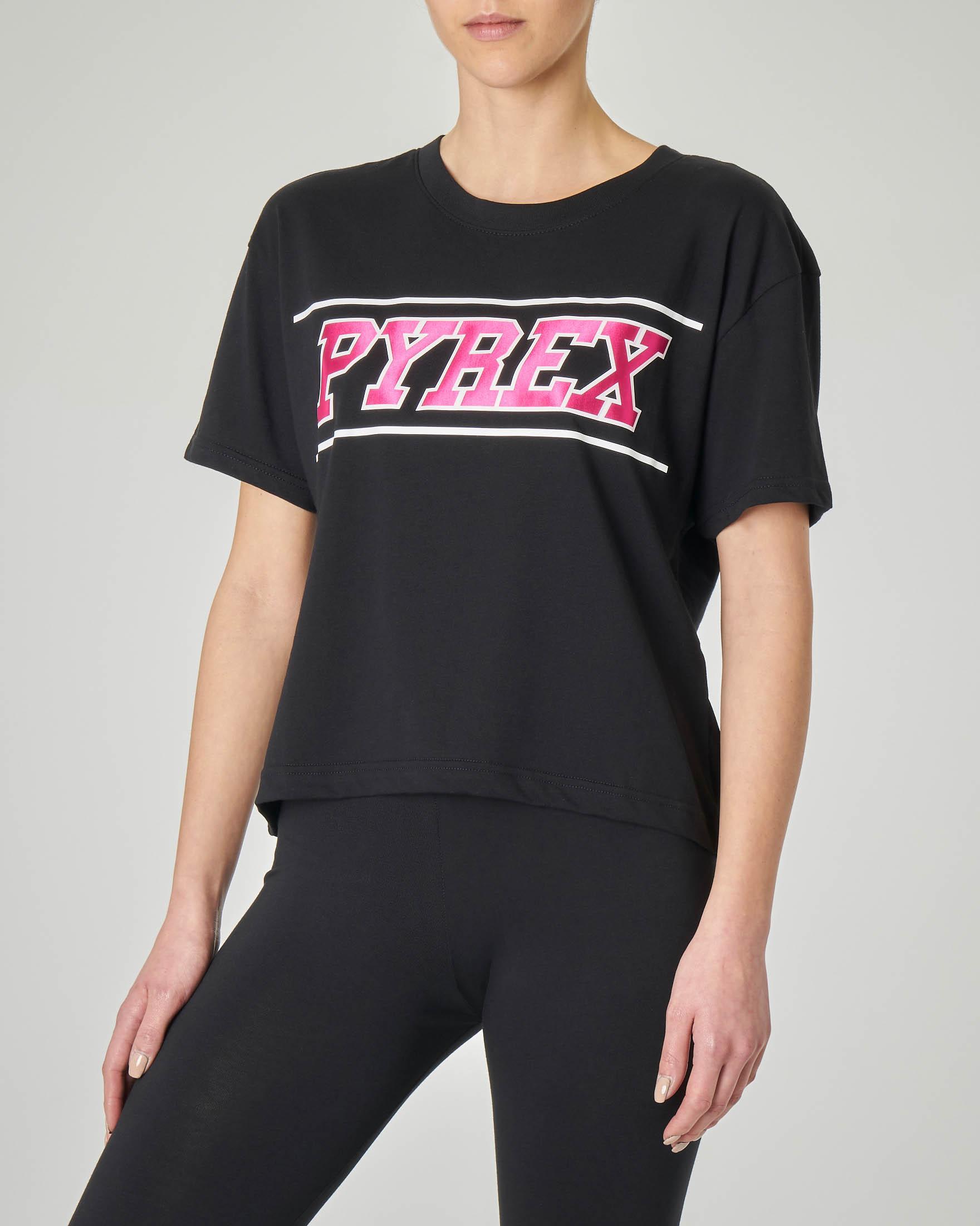 T-shirt nera cropped con logo fucsia effetto lucido
