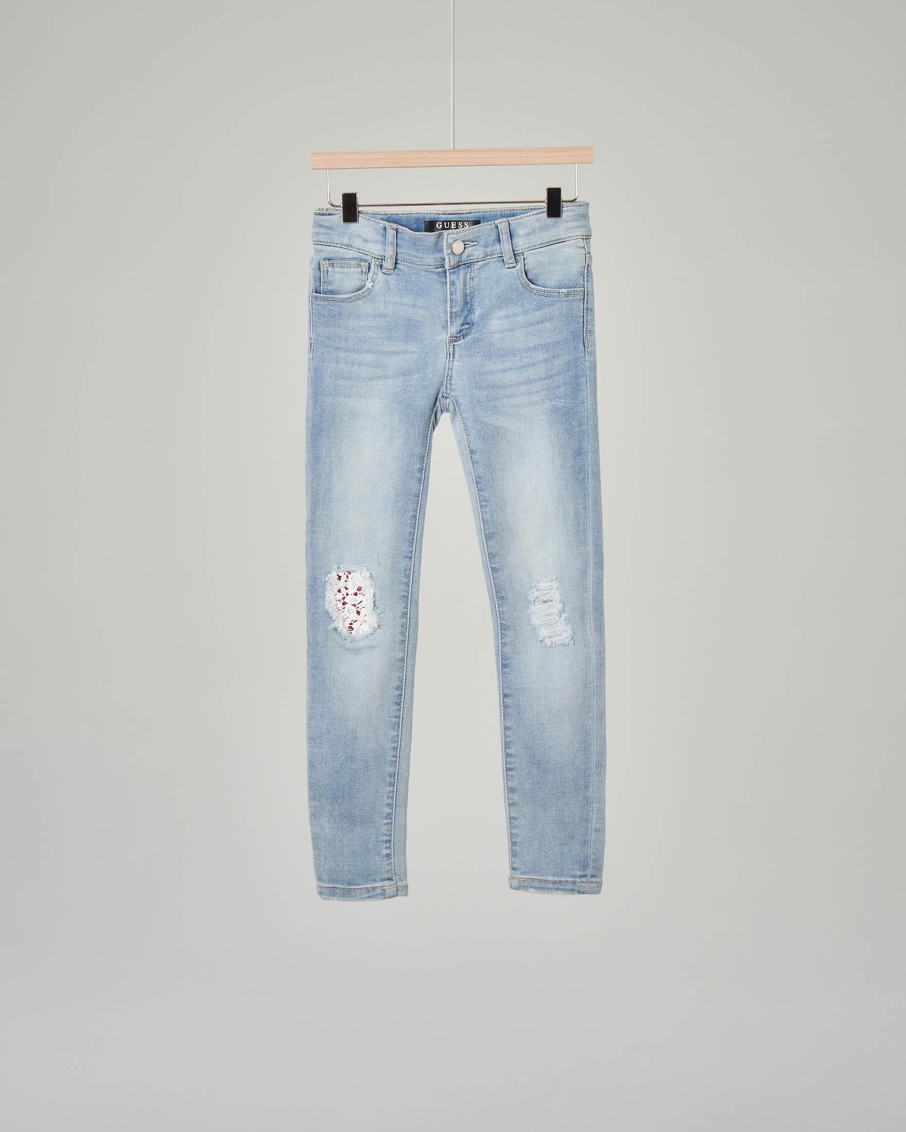 Jeans con strappi e toppe sulle ginocchia