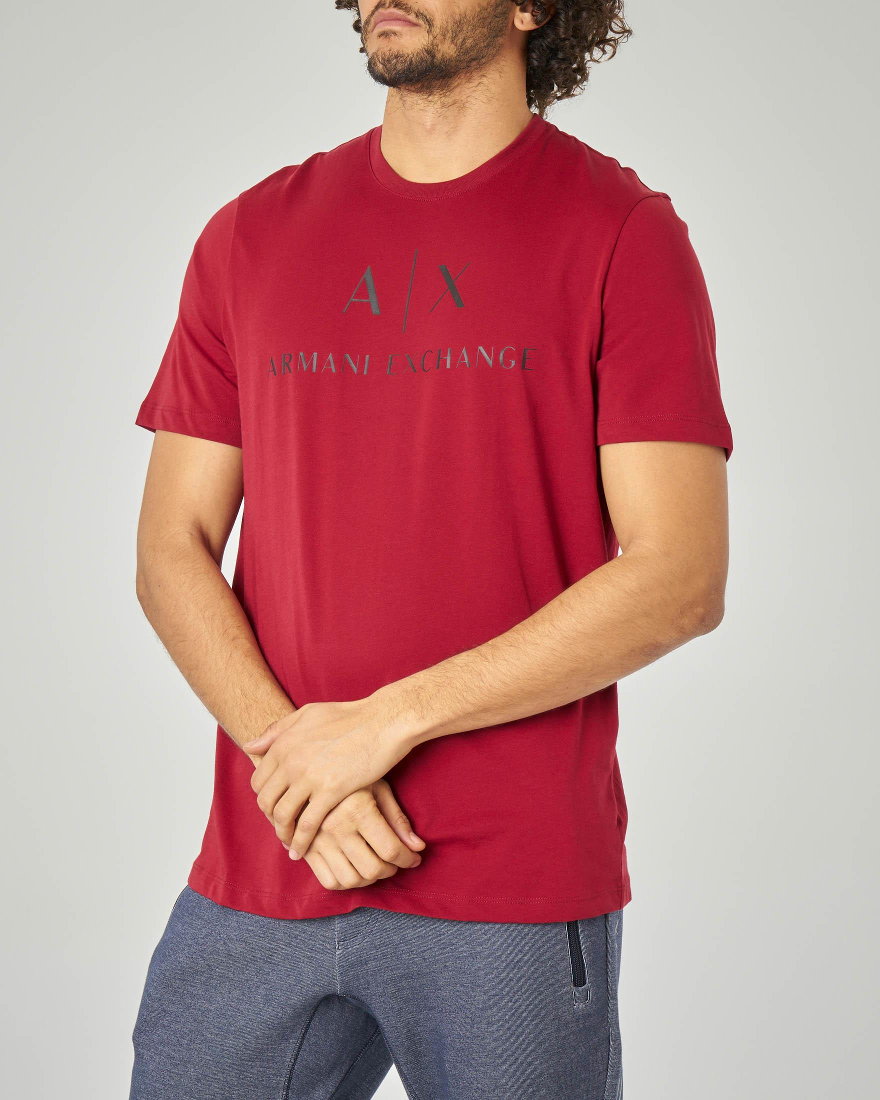 T-shirt bordeaux con logo in contrasto
