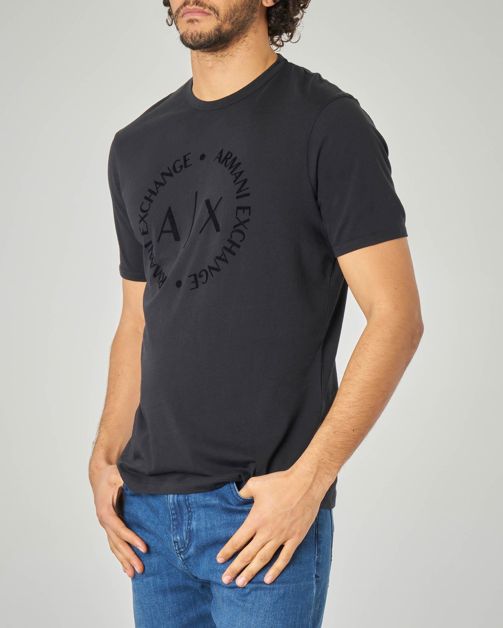 T-shirt nera con logo tono su tono