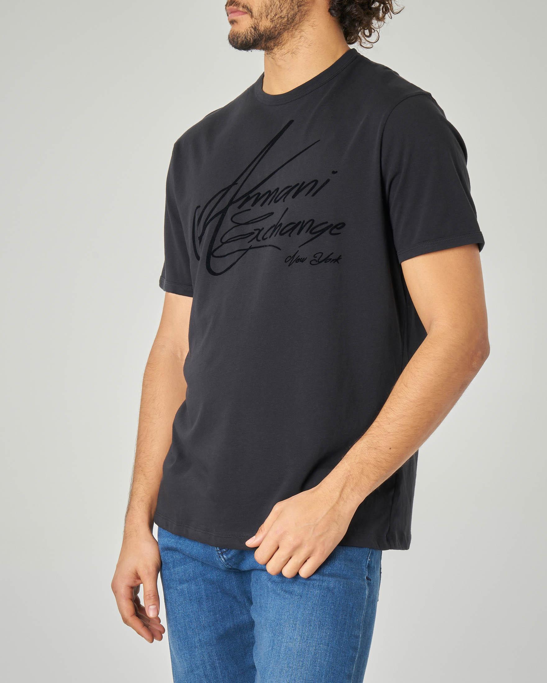 T-shirt nera con logo firmato